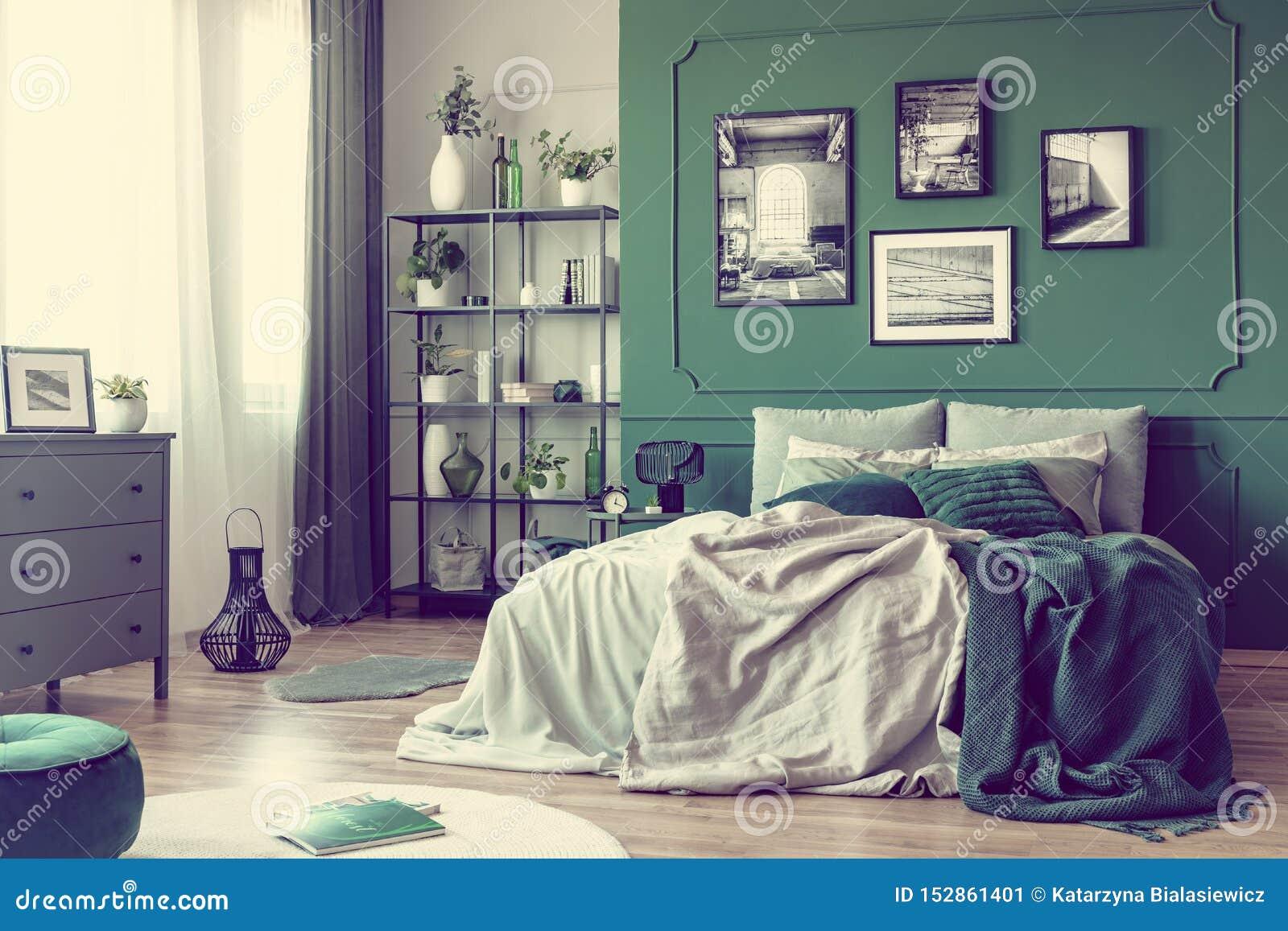 Gr?ne Wand mit Galerie des Plakats im modischen Schlafzimmer Innen mit Doppelbett