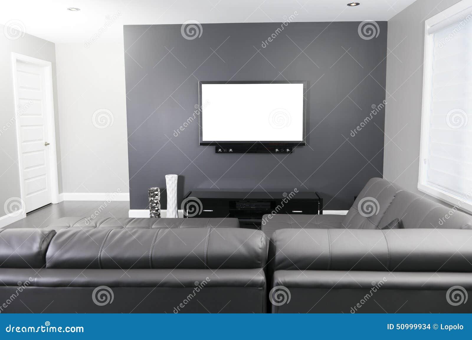 Grå och vit vardagsrum med den tvställningen och soffan arkivfoto ...