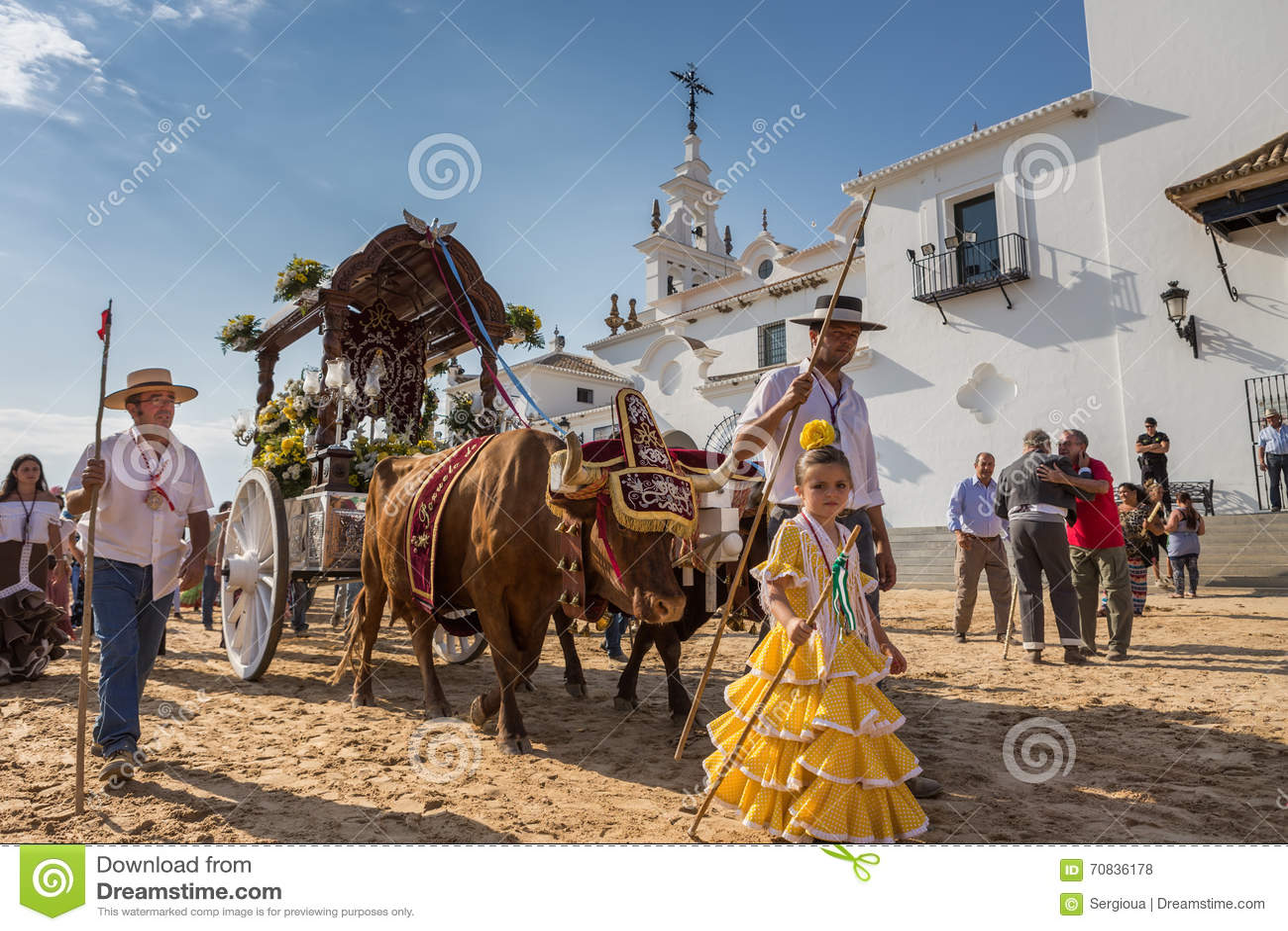 Gr ROCIO, ANDALUCIA, SPANJE - MEI 22: Romeria na het bezoeken van Heiligdom gaat naar dorp