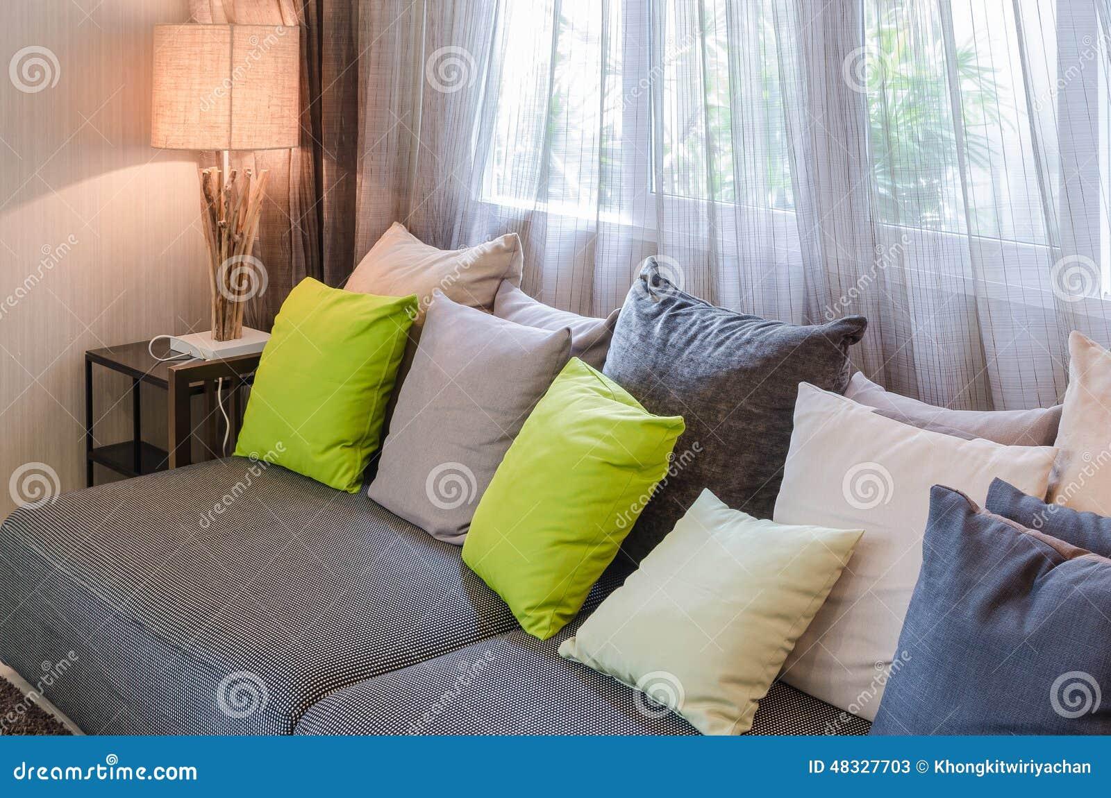 Grå soffa med gräsplankuddar i vardagsrum arkivfoto   bild: 48327703