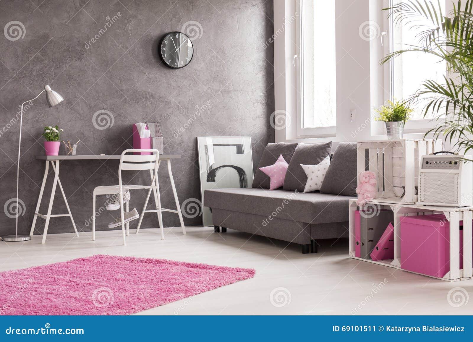 Grå vardagsrum med rosa färg  och vitdetaljer arkivfoto   bild ...