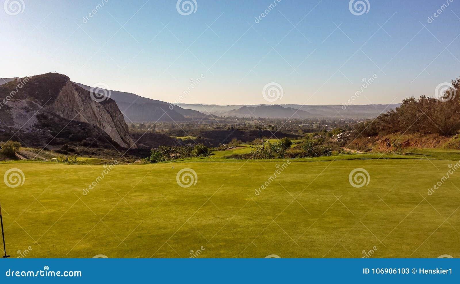 Grać w golfa Przy Dębowym łupu polem golfowym w Południowym Kalifornia