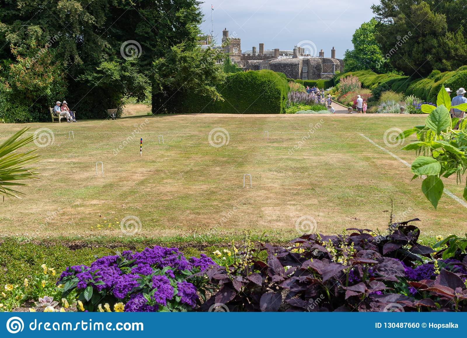 Gra krokietowy przygotowywa przy gazonem formalny ogród w Walmer castl