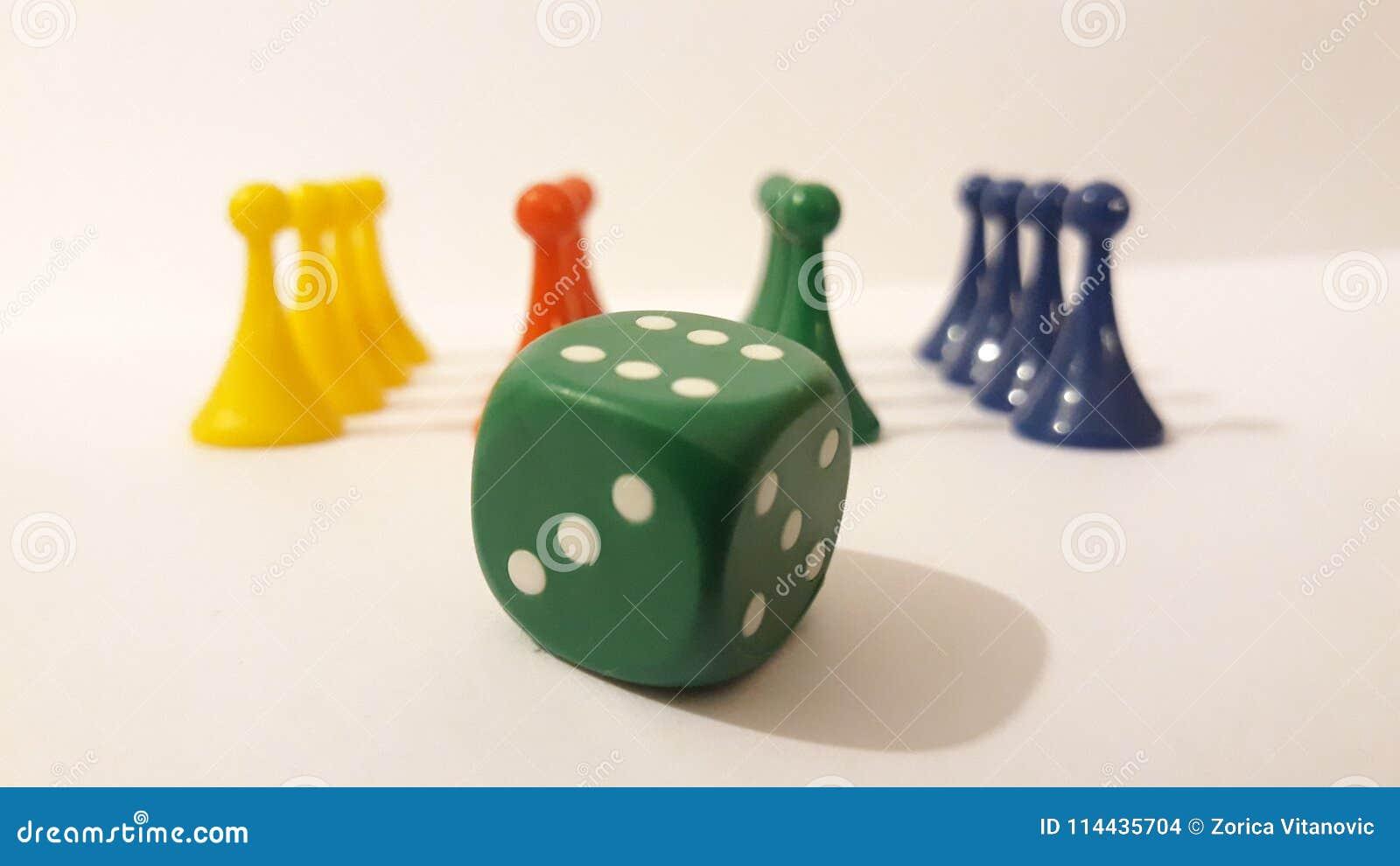 Gra planszowa kawałki z kostka do gry