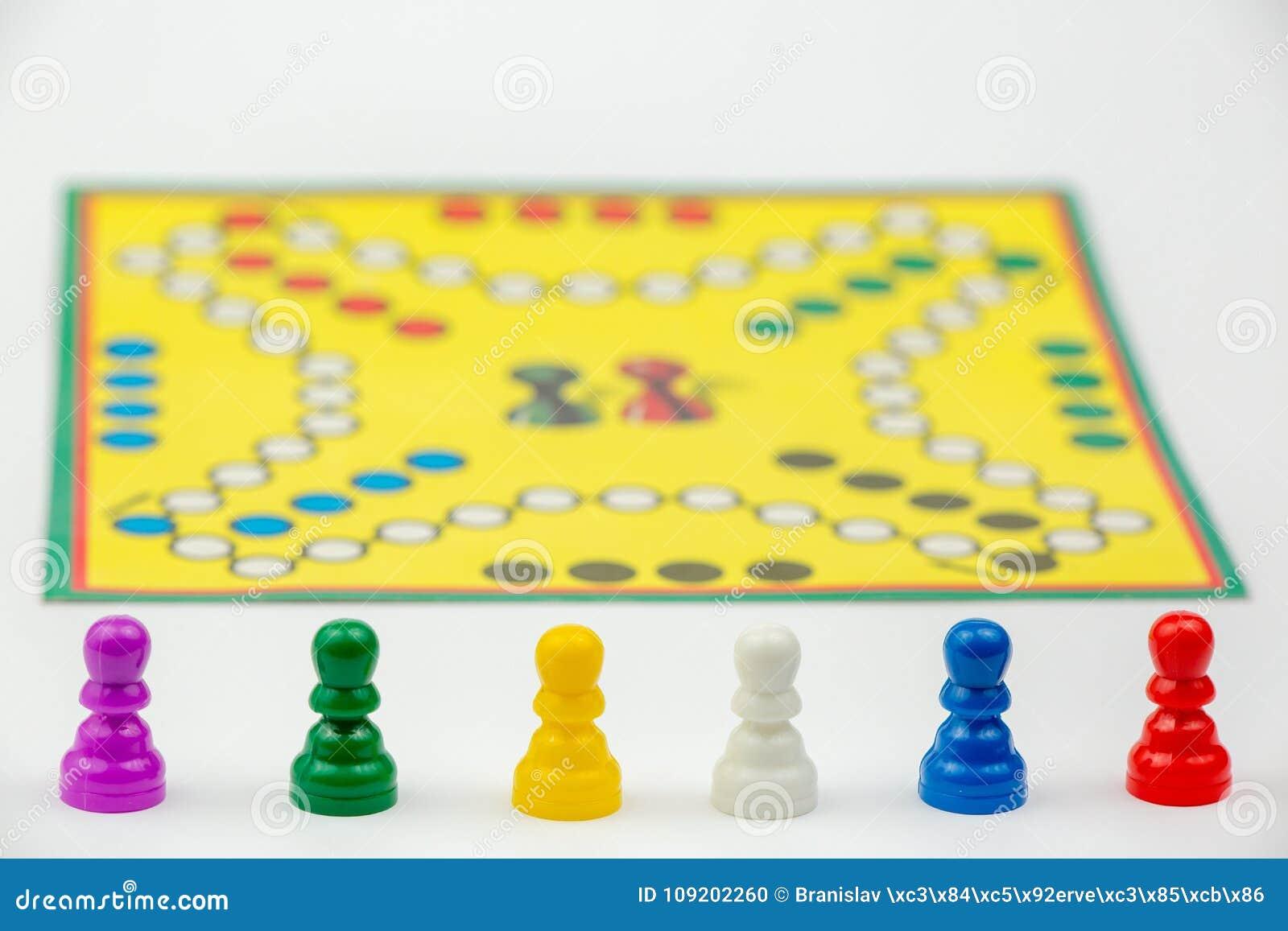 Gra planszowa z różnymi barwionymi gemowymi pionkami na nim Ludo lub Zmartwione gry planszowa sztuki postacie