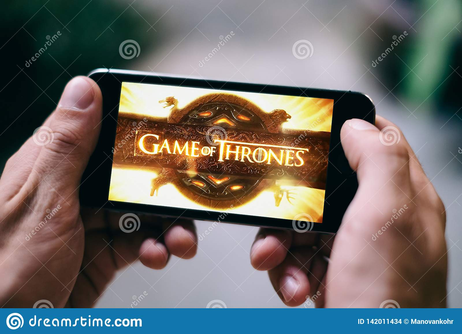 Gra tronów seriale telewizyjni logo lub ikona wystawia na smartphone ekranie