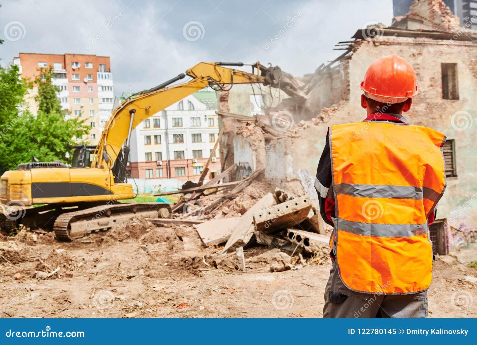 Graafwerktuigcrasher machine bij vernieling op bouwwerf