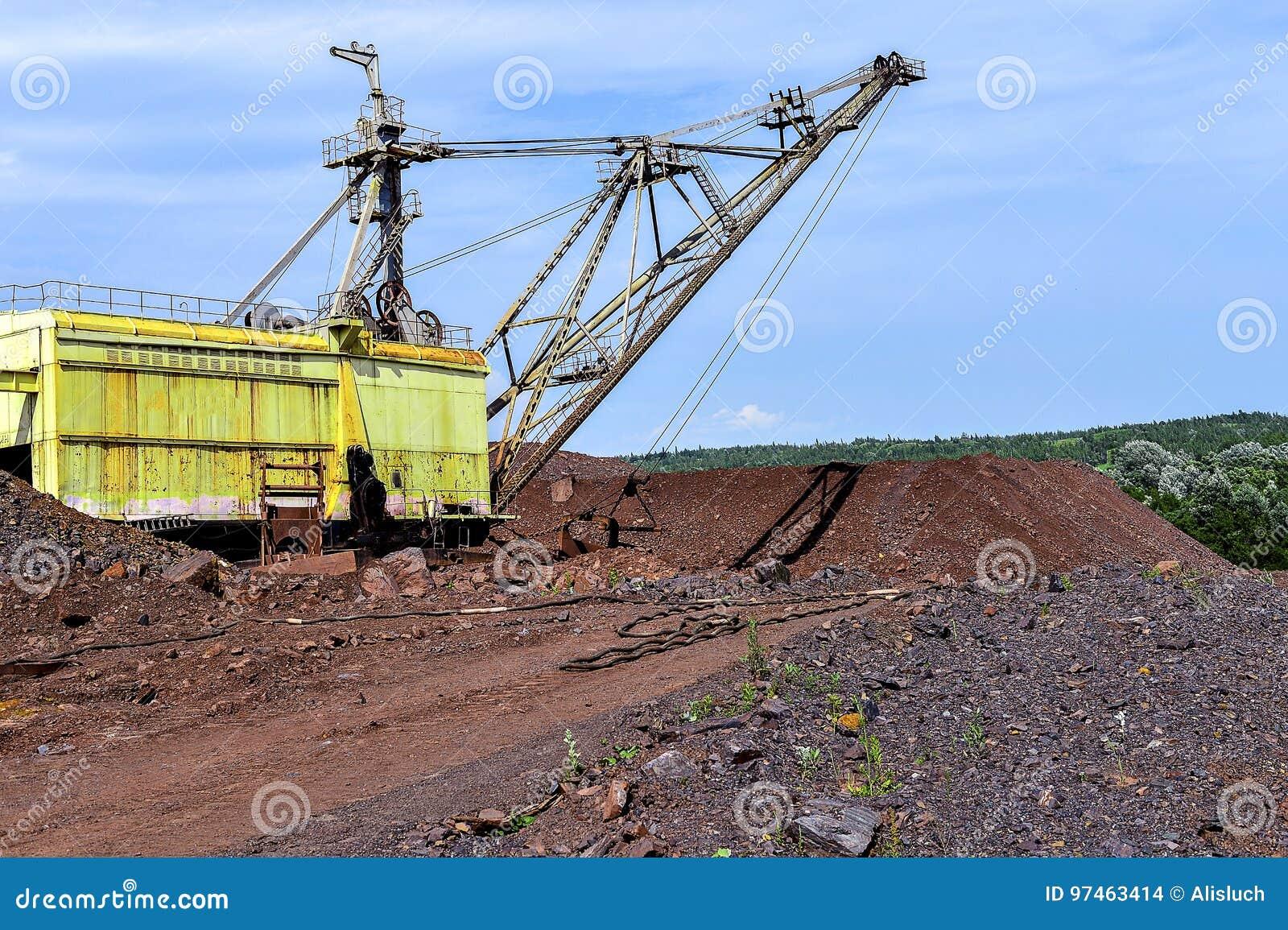 Graafwerktuigmachine op het werk van het uitgravingsgrondverzet in steengroeve