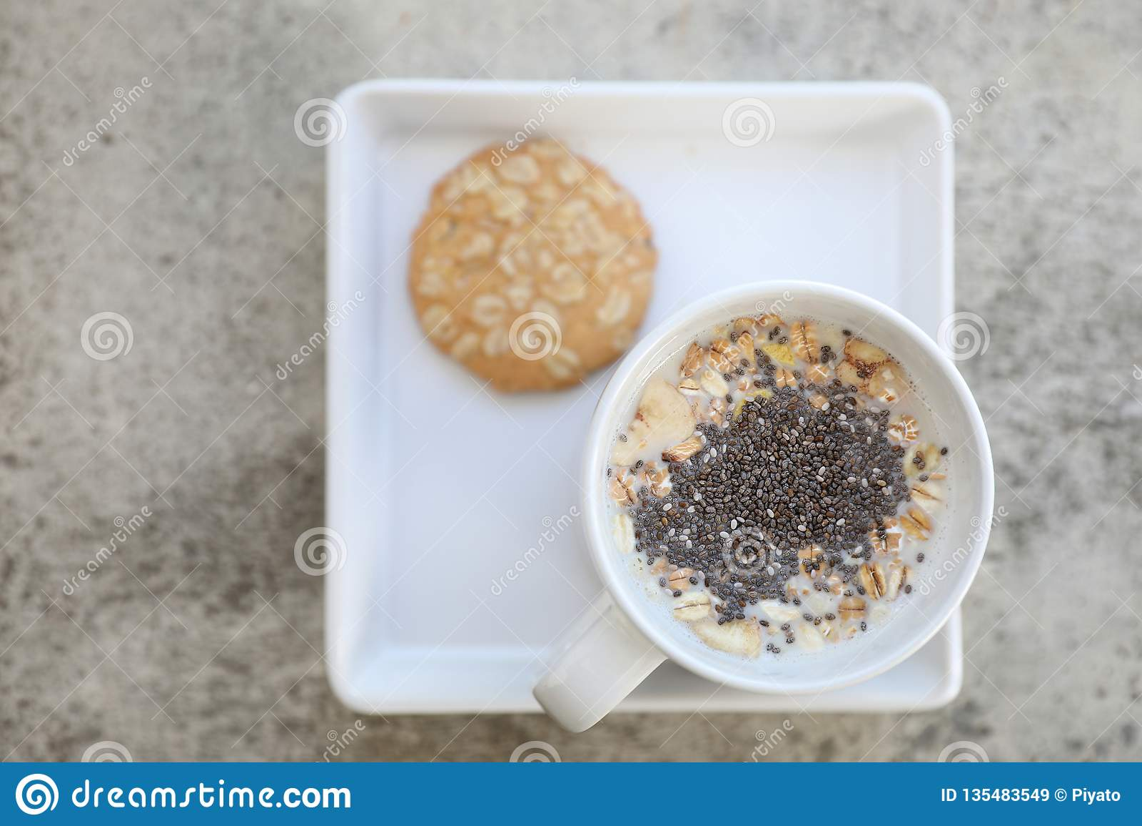 Graangewas op melk in kop en koekje