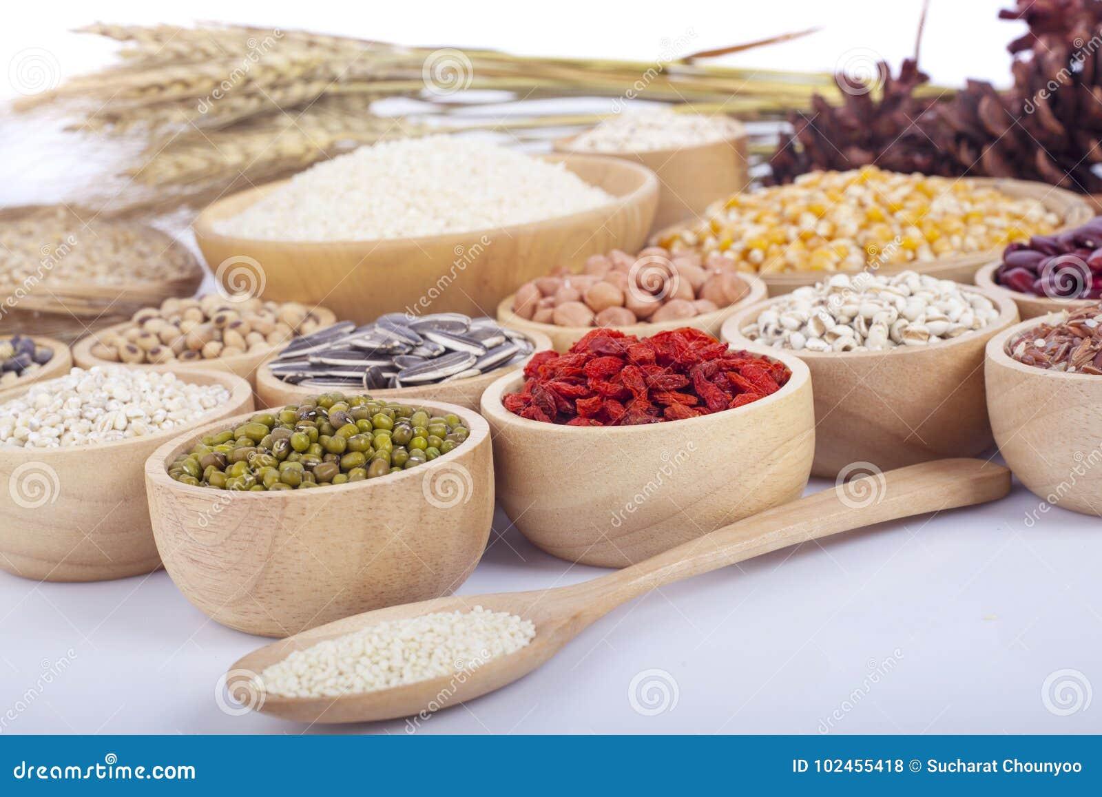 Graankorrels, zaden, bonen op houten achtergrond