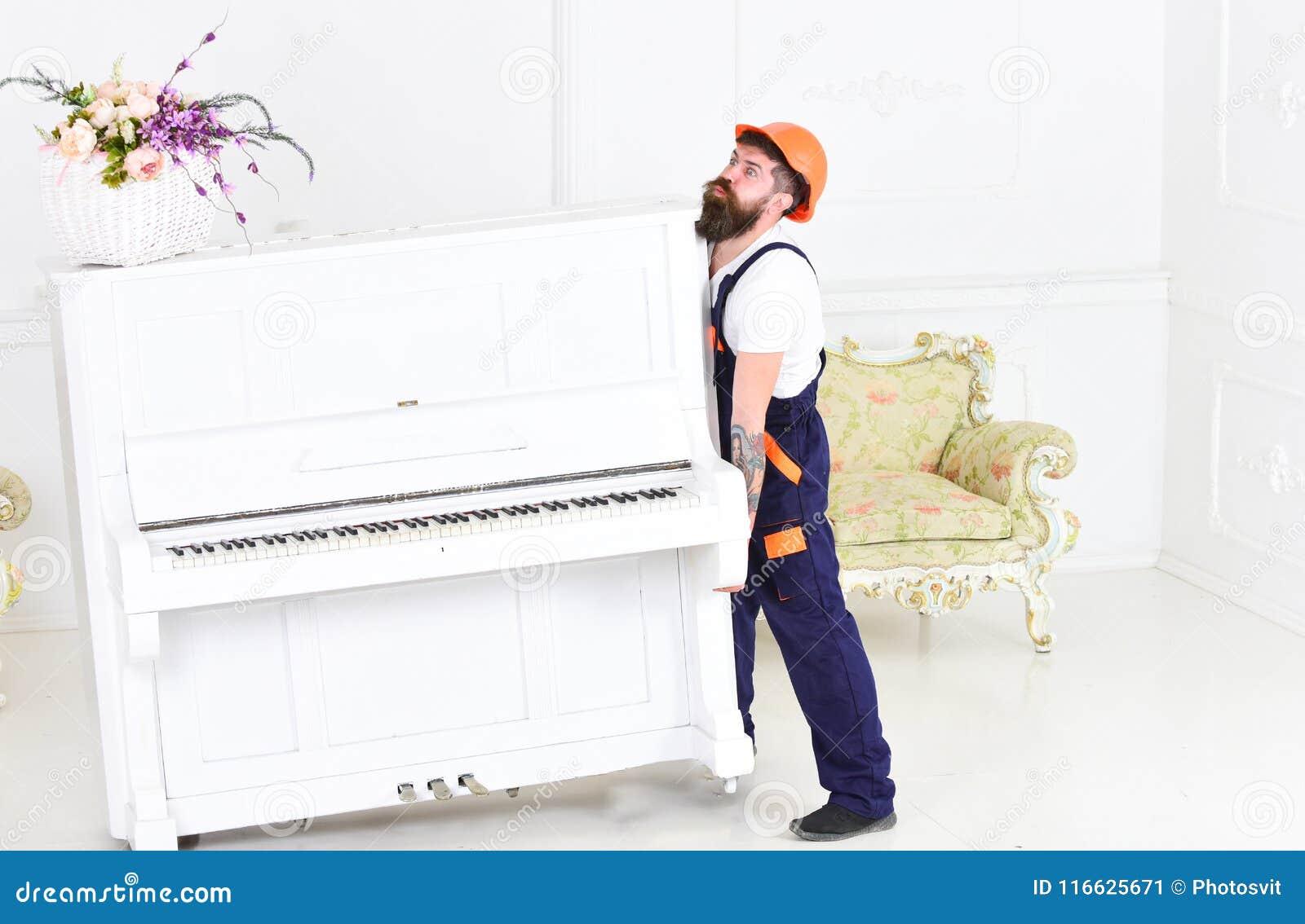 Grabb från trans.företaget som flyttar det gamla pianot bara Trött grabb som lyfter tungt material