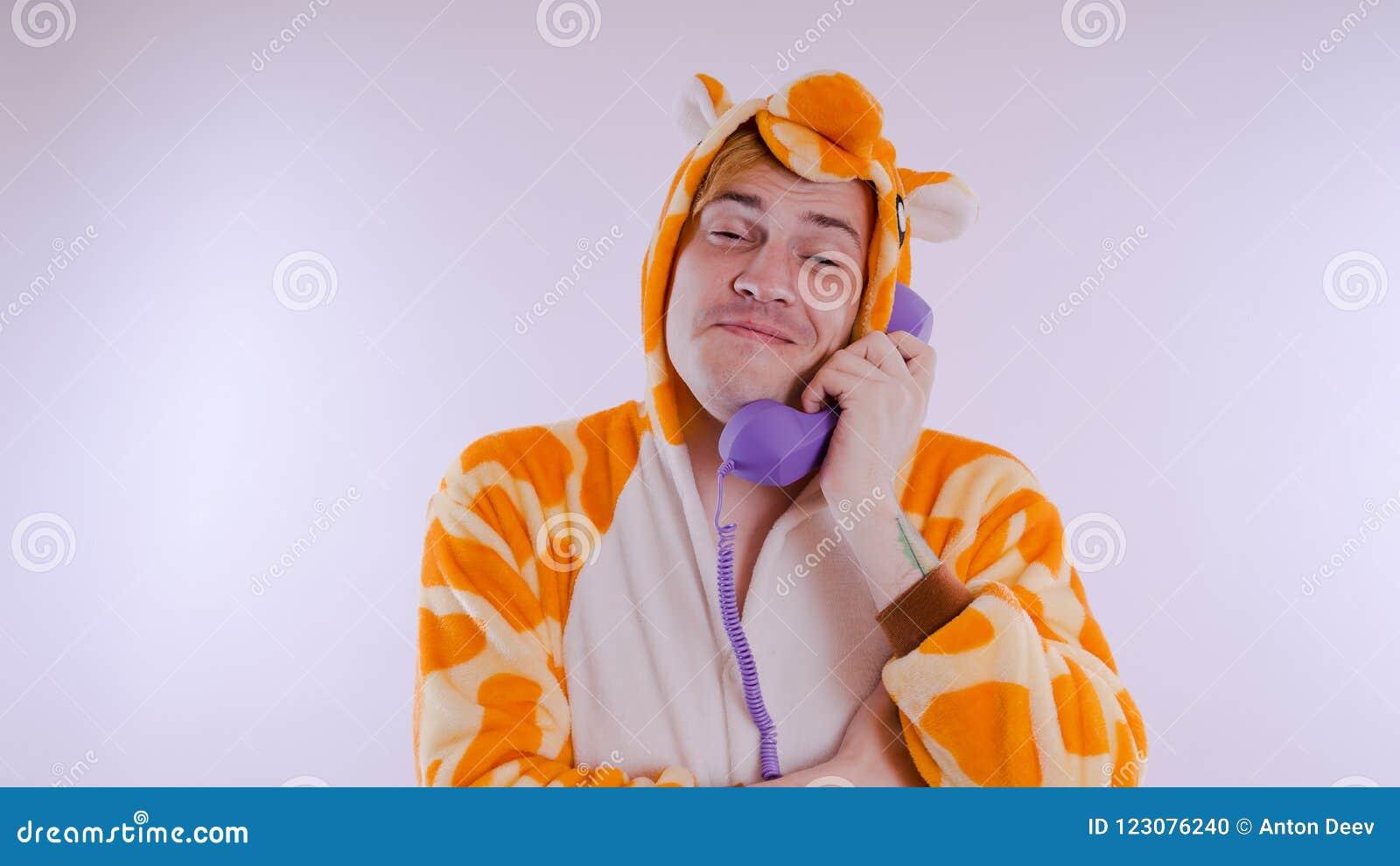 Grabb i ljus pyjamas för barn` ett s i form av en känguru, på vit bakgrund emotionell stående av en student dräkten presen