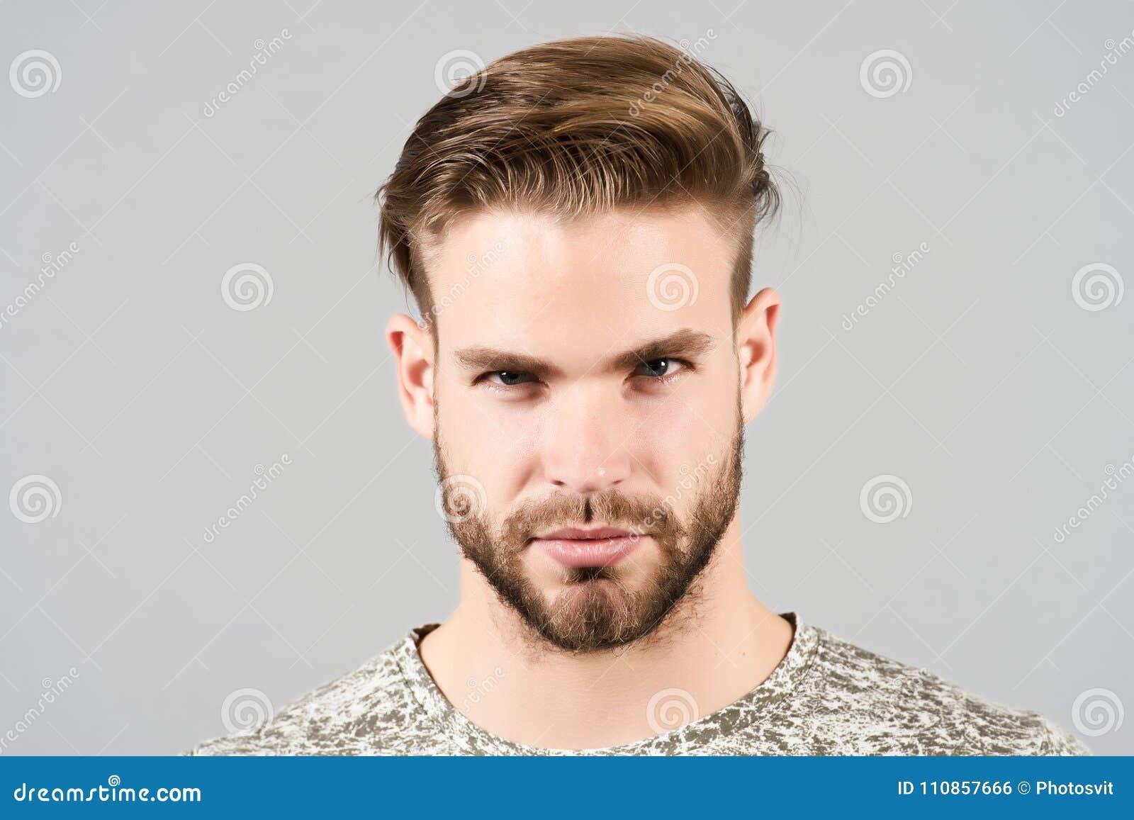 Grabb med den skäggiga framsidan, stilfullt hår, frisyr, barberaresalong