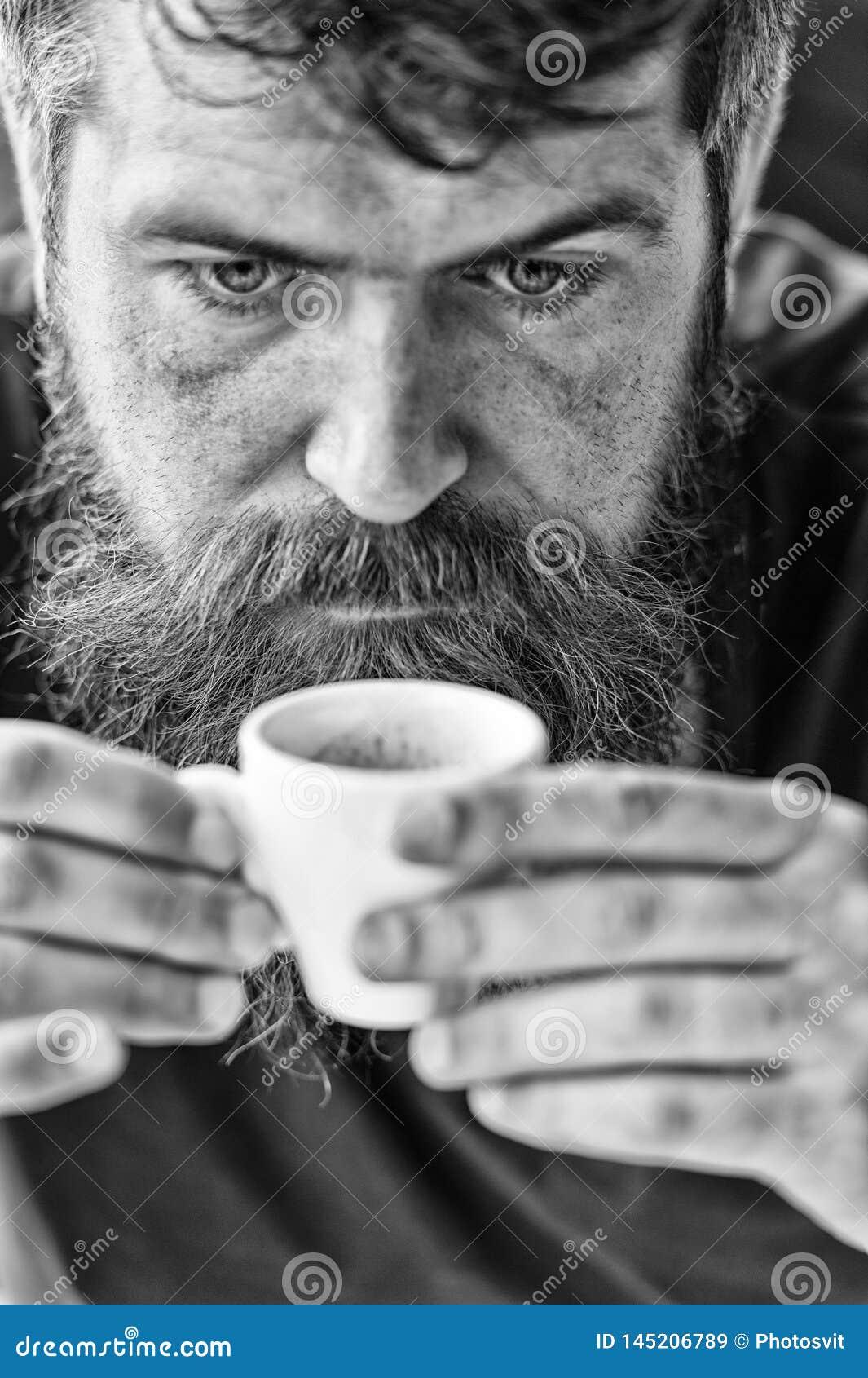 Grabb som kopplar av med espressokaffe ta f?r man f?r avbrottskaffebegrepp E Koffein laddar upp 308 m?ssingskassetter r?knade f?r