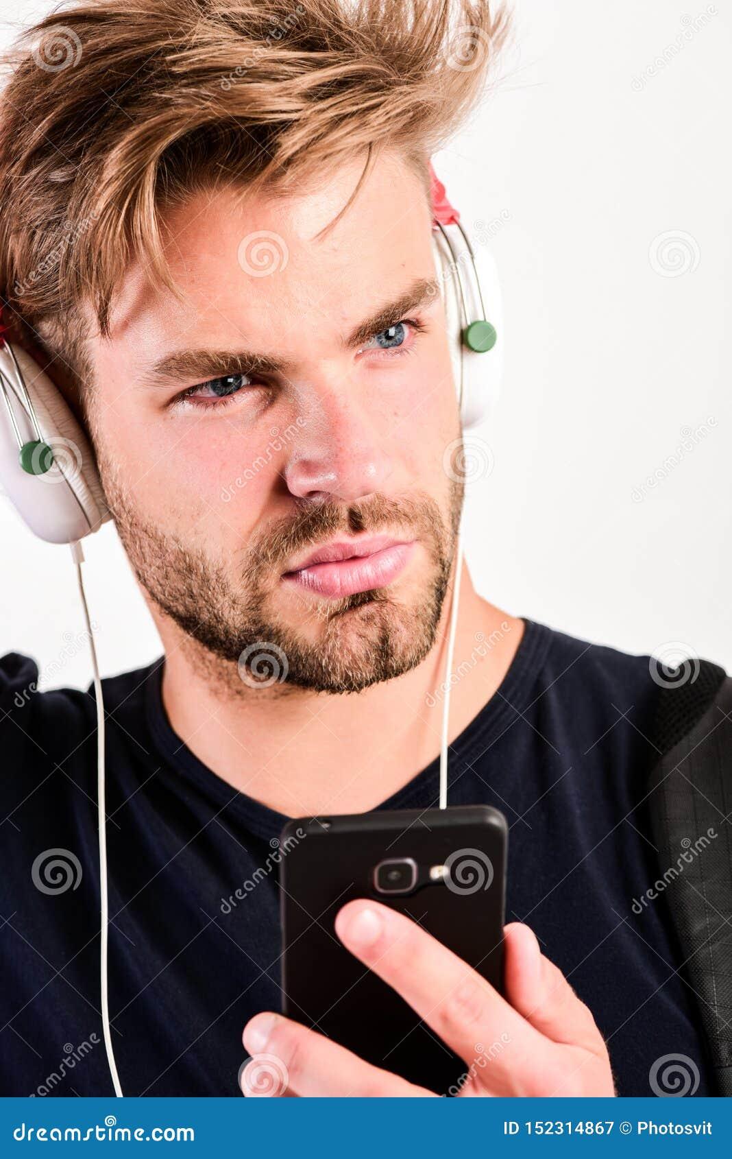 Grabb som lyssnar till det solida spåret i hörlurar med mikrofon ebook och online-utbildning Musikutbildning den sexiga muskulösa