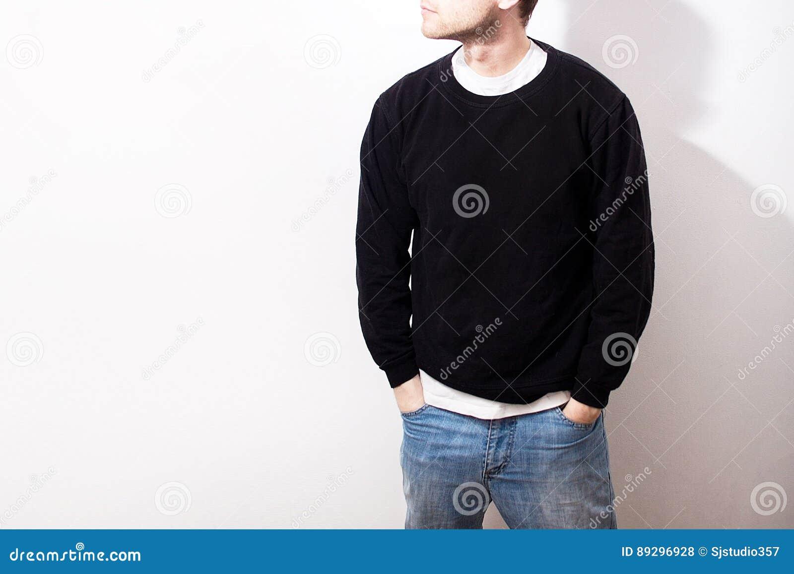 Grabben i den tomma svarta hoodien, tröja, ställning som ler på