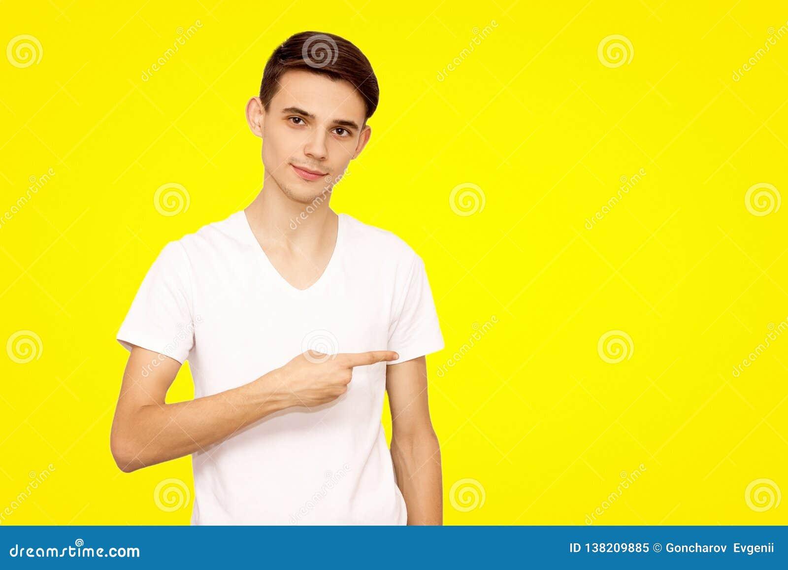 Grabben i en vit t-skjorta annonserar gods som isoleras på en gul bakgrund