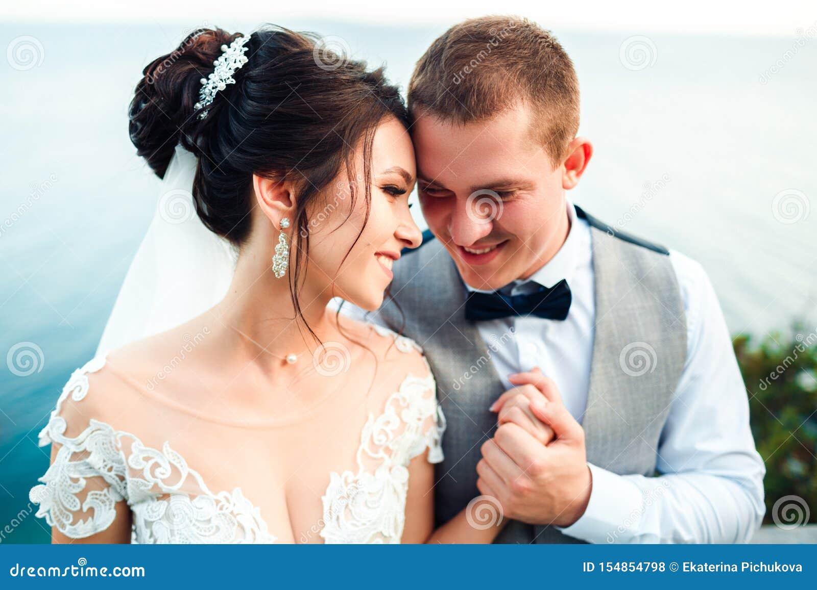 Grabben och flickan ler p? de Klassiska unga brölloppar