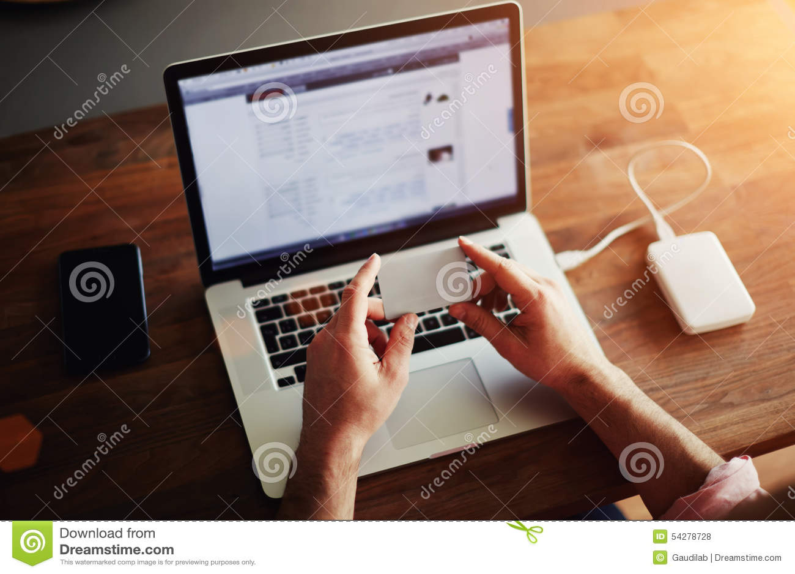 Grabben som arbetar på datoren i kontoret