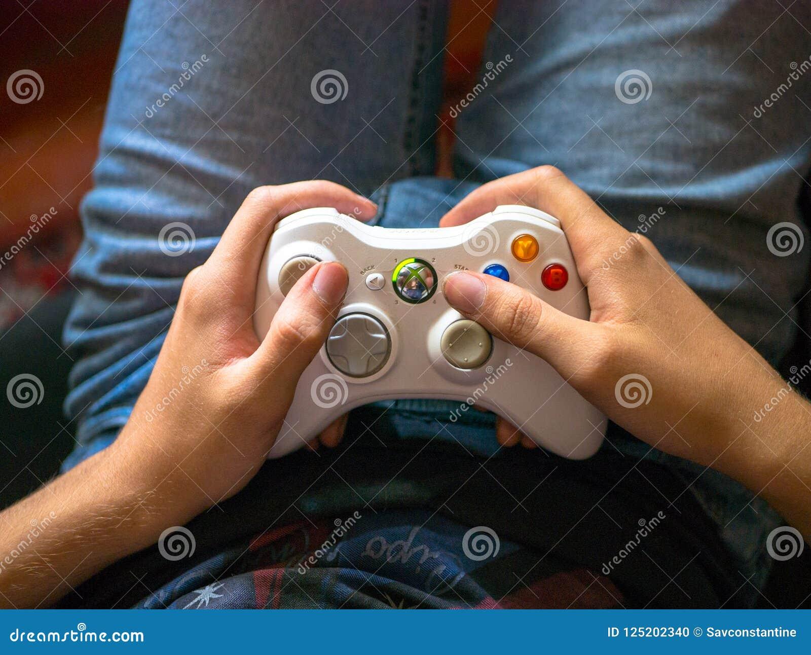 Grabben spelar konsolen