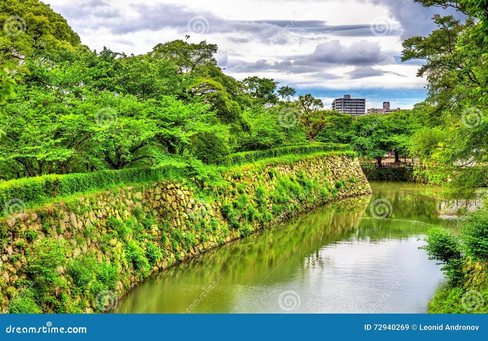 Gracht bij het Kasteel van Himeji in Japan