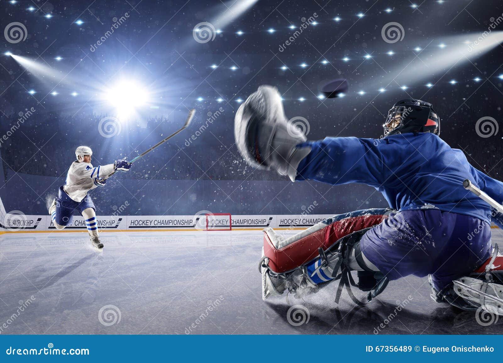 Gracz w hokeja strzelają krążek hokojowego i atakują