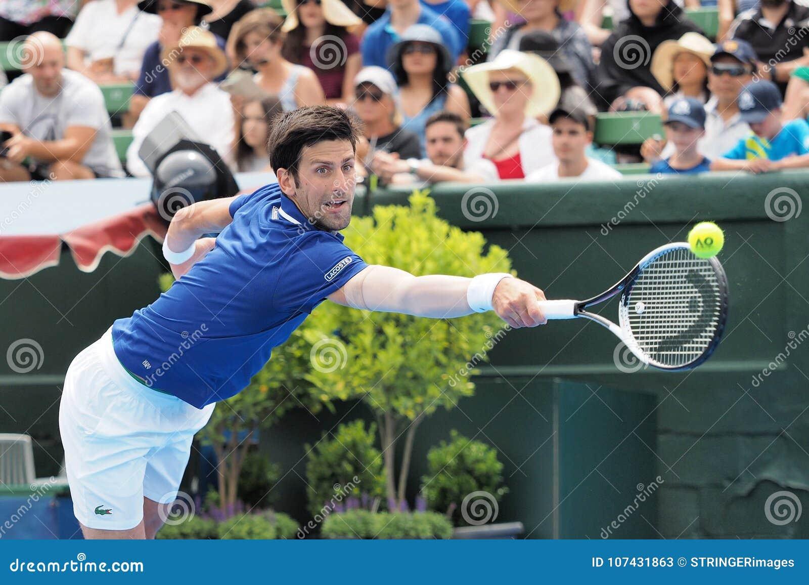 Gracz w tenisa Novak Djokovic narządzanie dla australianu open przy Kooyong Klasycznym Powystawowym turniejem