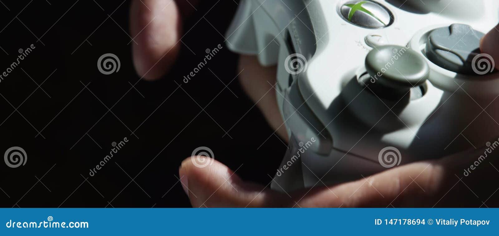 Gracza Gamer mężczyzna Wręcza bawić się gra wideo na konsoli z joystickiem