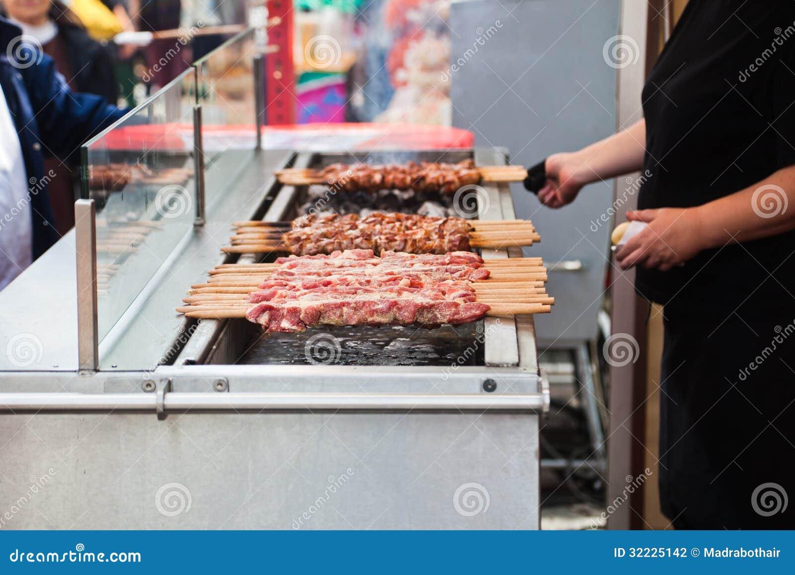 Download Grade foto de stock. Imagem de povos, barbecue, skewers - 32225142