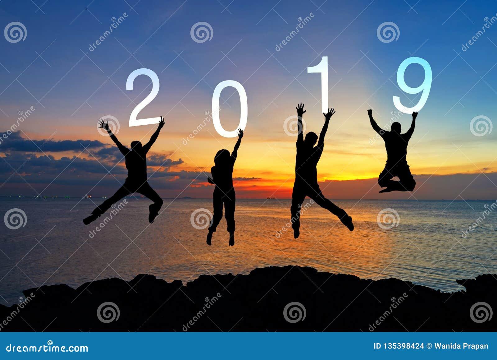 Graduación de salto de la enhorabuena del trabajo en equipo feliz del negocio de la silueta en la Feliz Año Nuevo 2019 La gente d