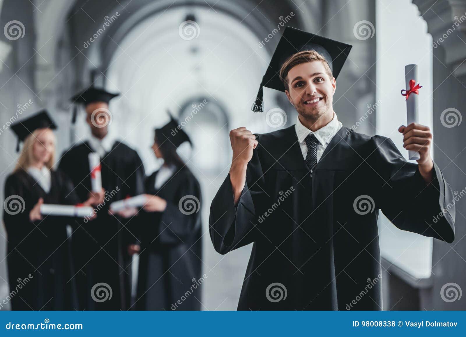 Graduado del varón en universidad
