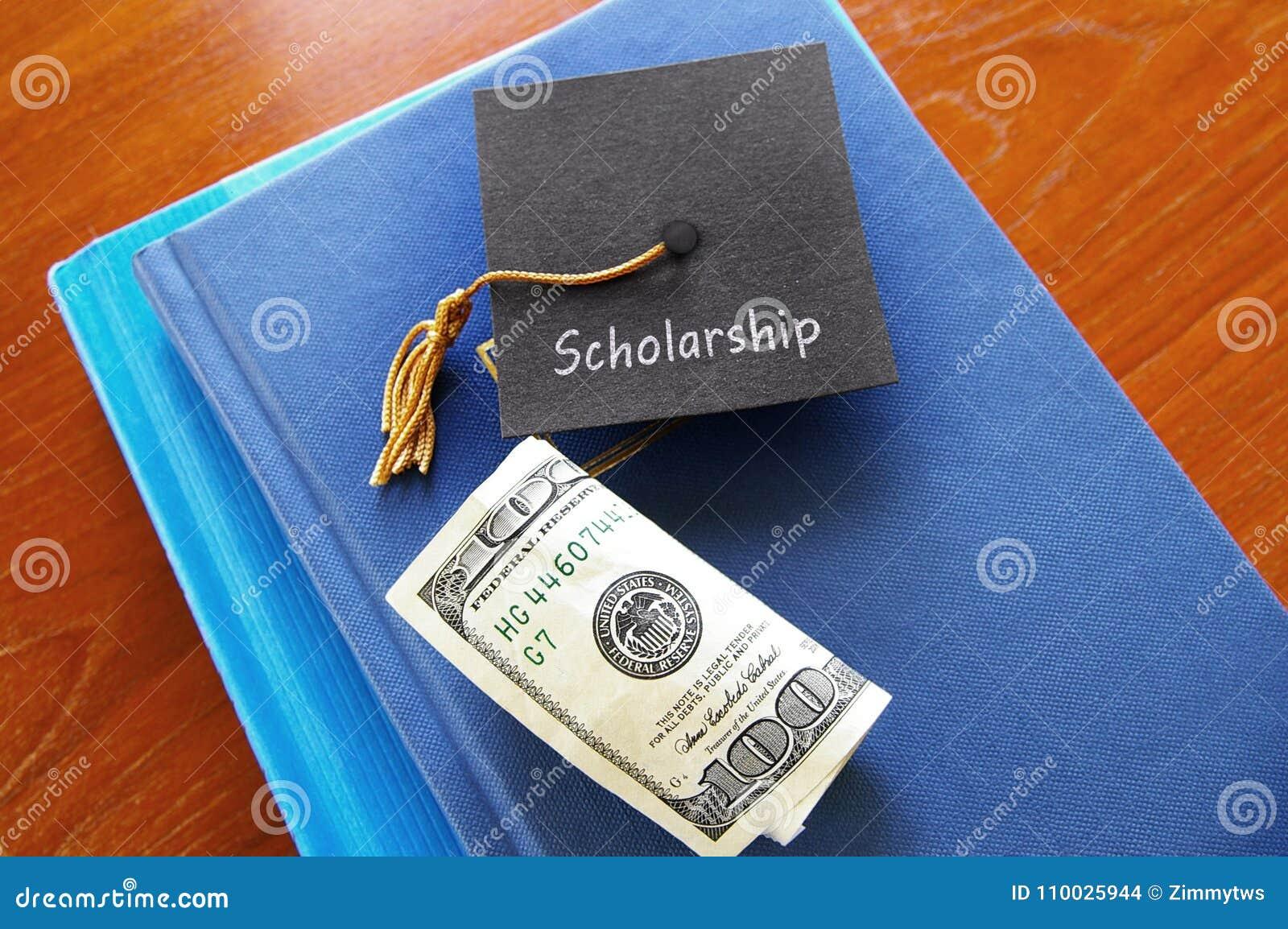 Graduado y libros de la beca