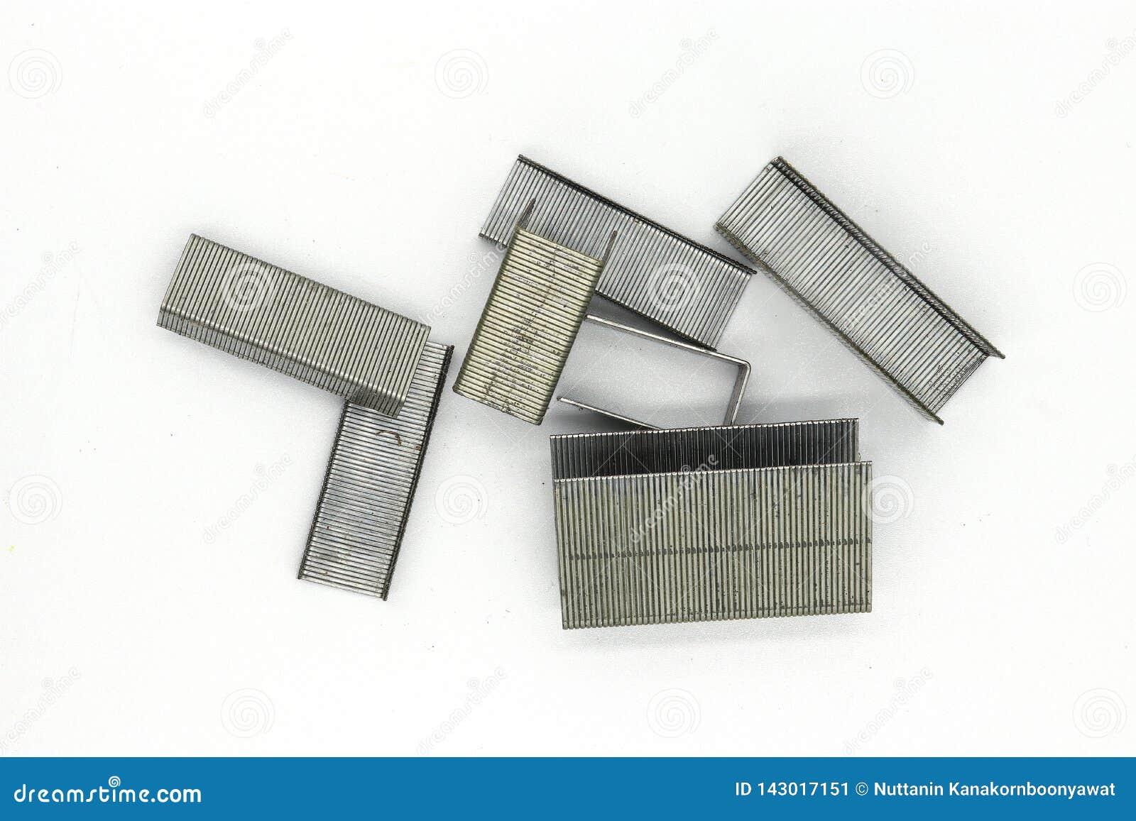 Graffette del metallo per la cucitrice meccanica isolata su fondo bianco