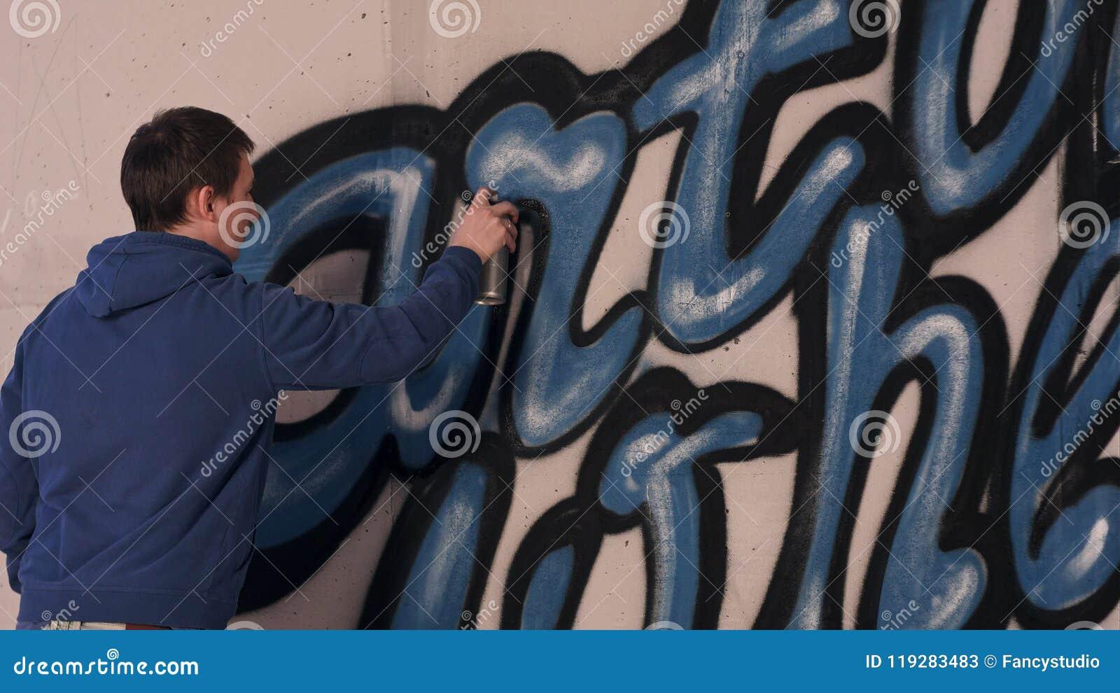 Graffiti artysty obraz z aerosolową kiścią na ścianie