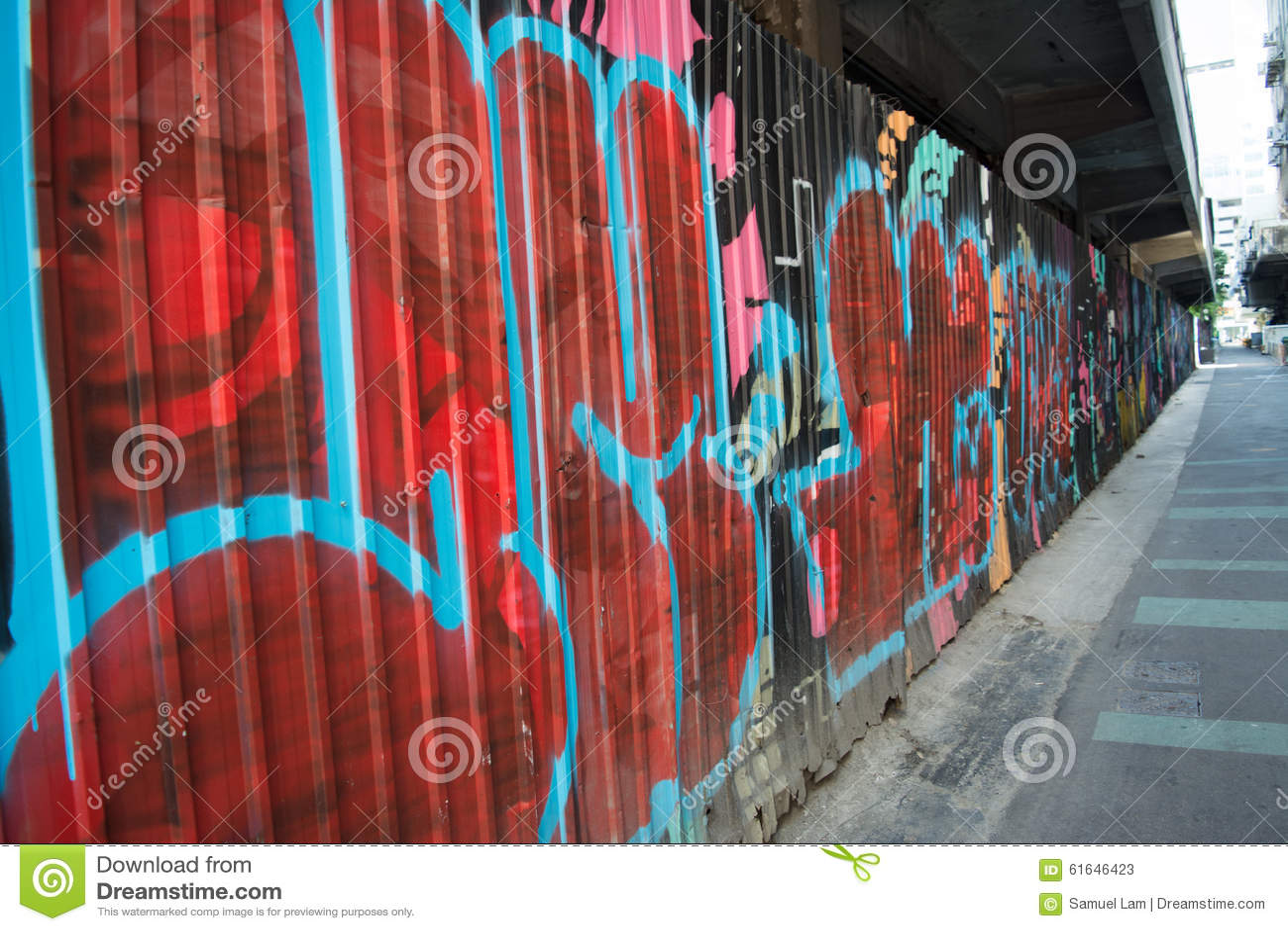 Graffiti sulla parete in via