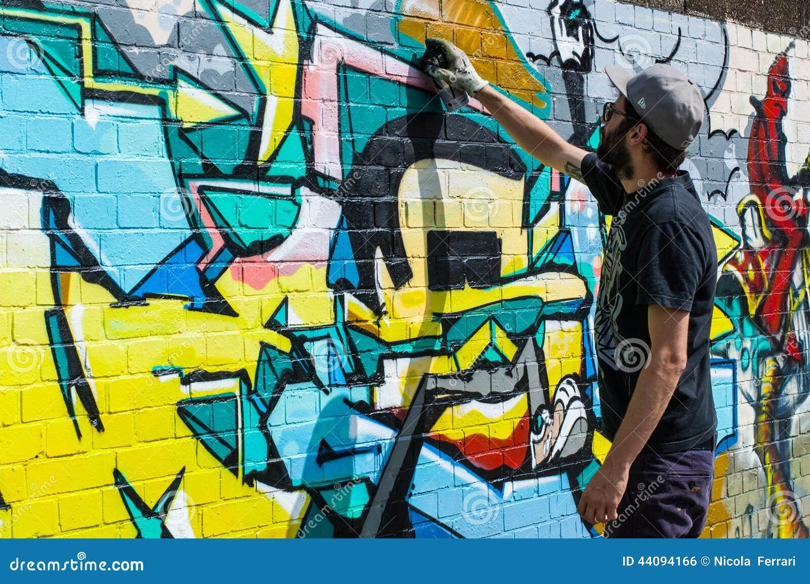 Graffiti urbain de dessin d 39 artiste sur un mur dans for Artiste dessin