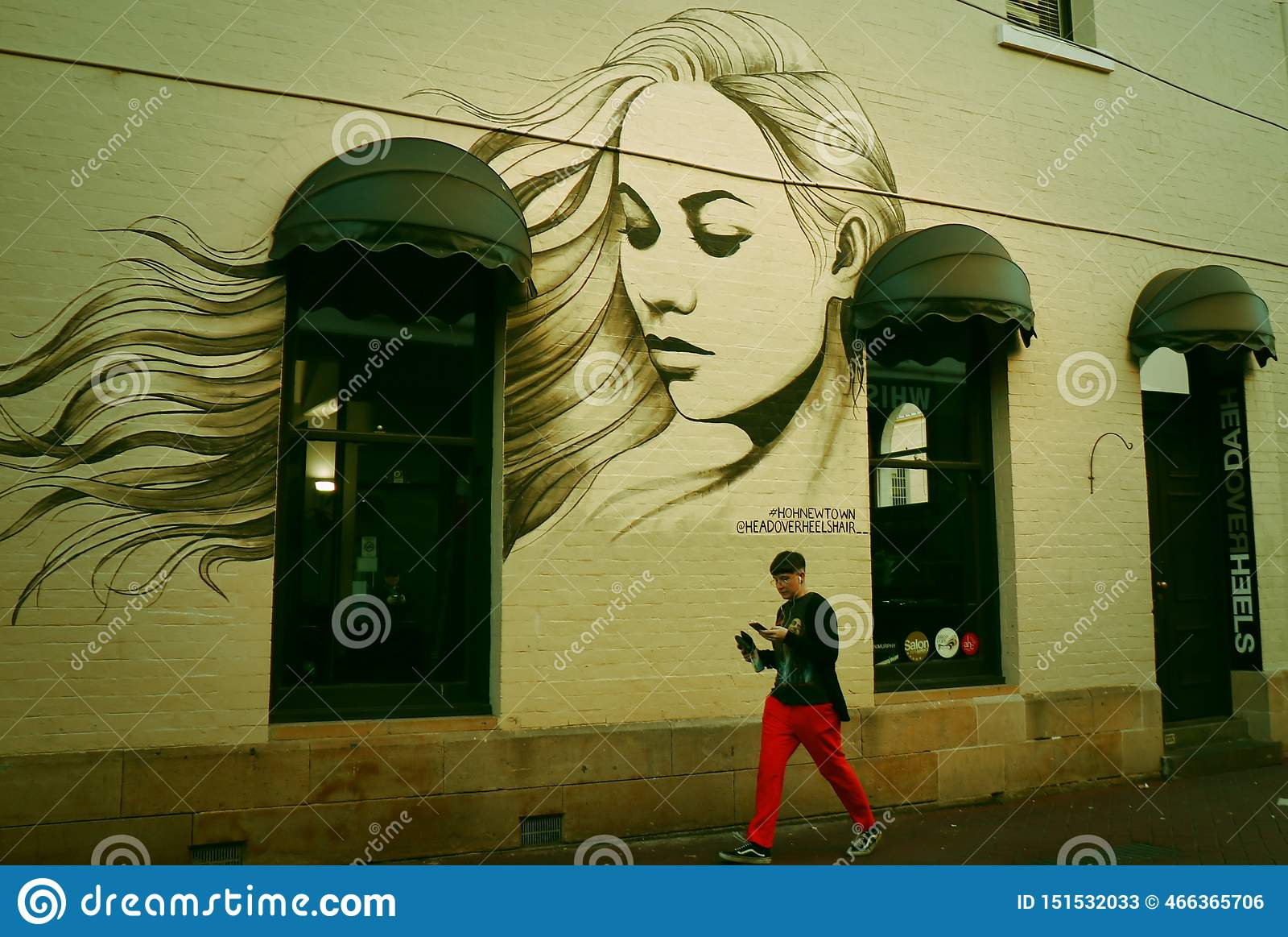 Graffitied портрет дома- красивой женщины на стене