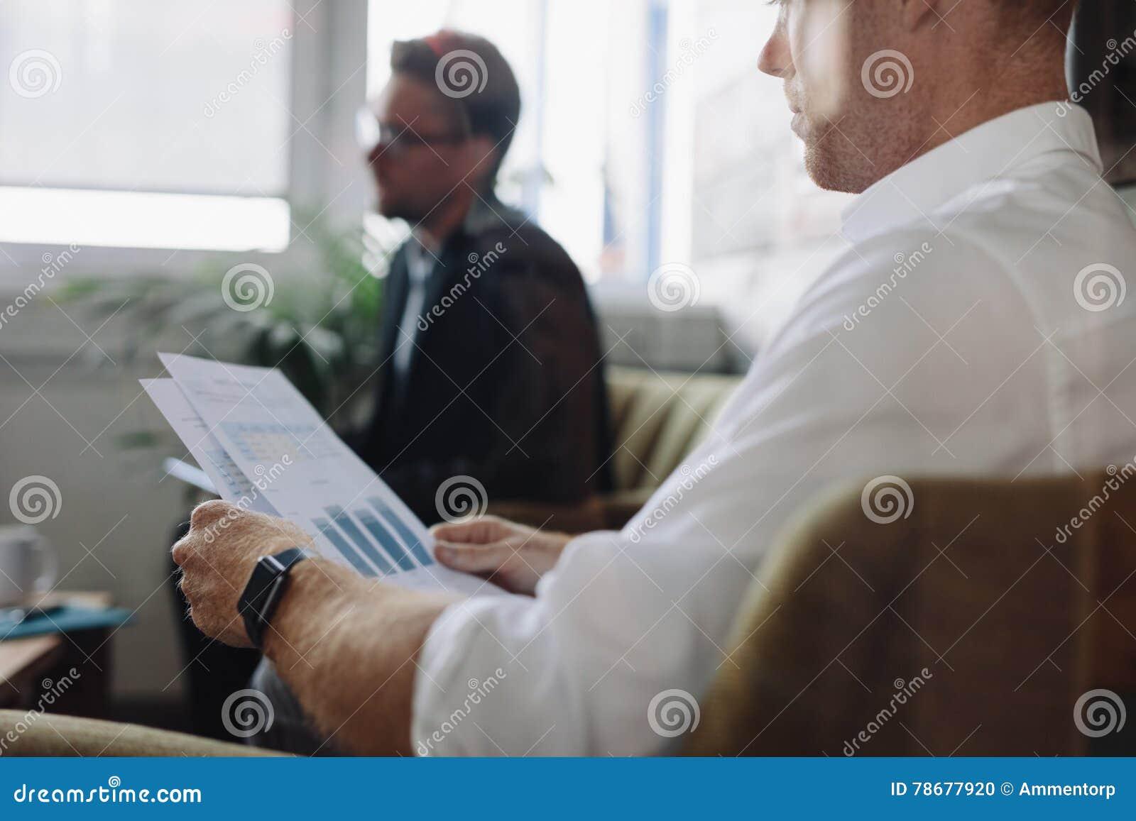 Grafici della lettura dell 39 uomo d 39 affari nel corso della for Planimetrie della caverna dell uomo
