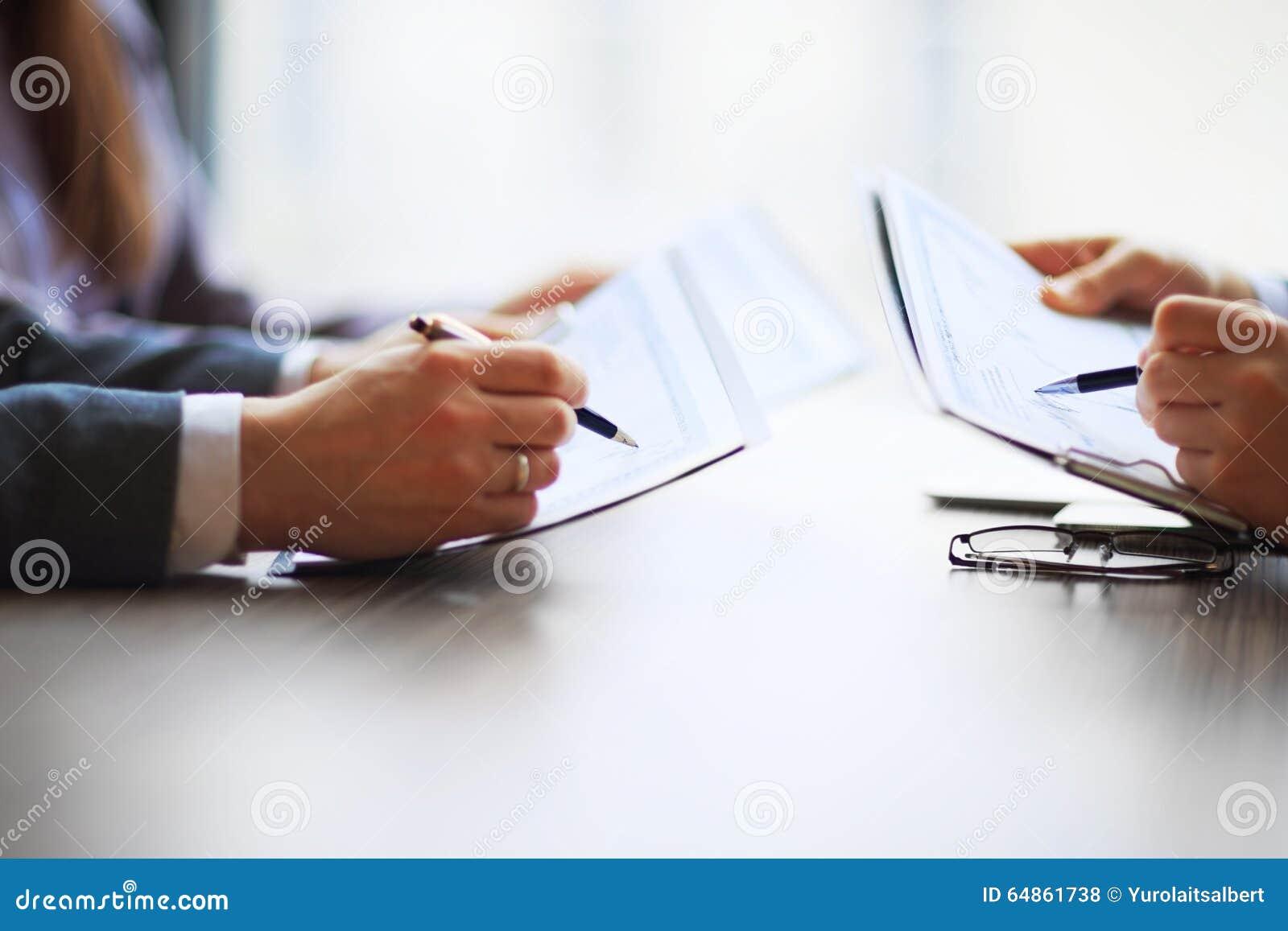 Grafici di contabilità da tavolino dell analista finanziario o del settore bancario