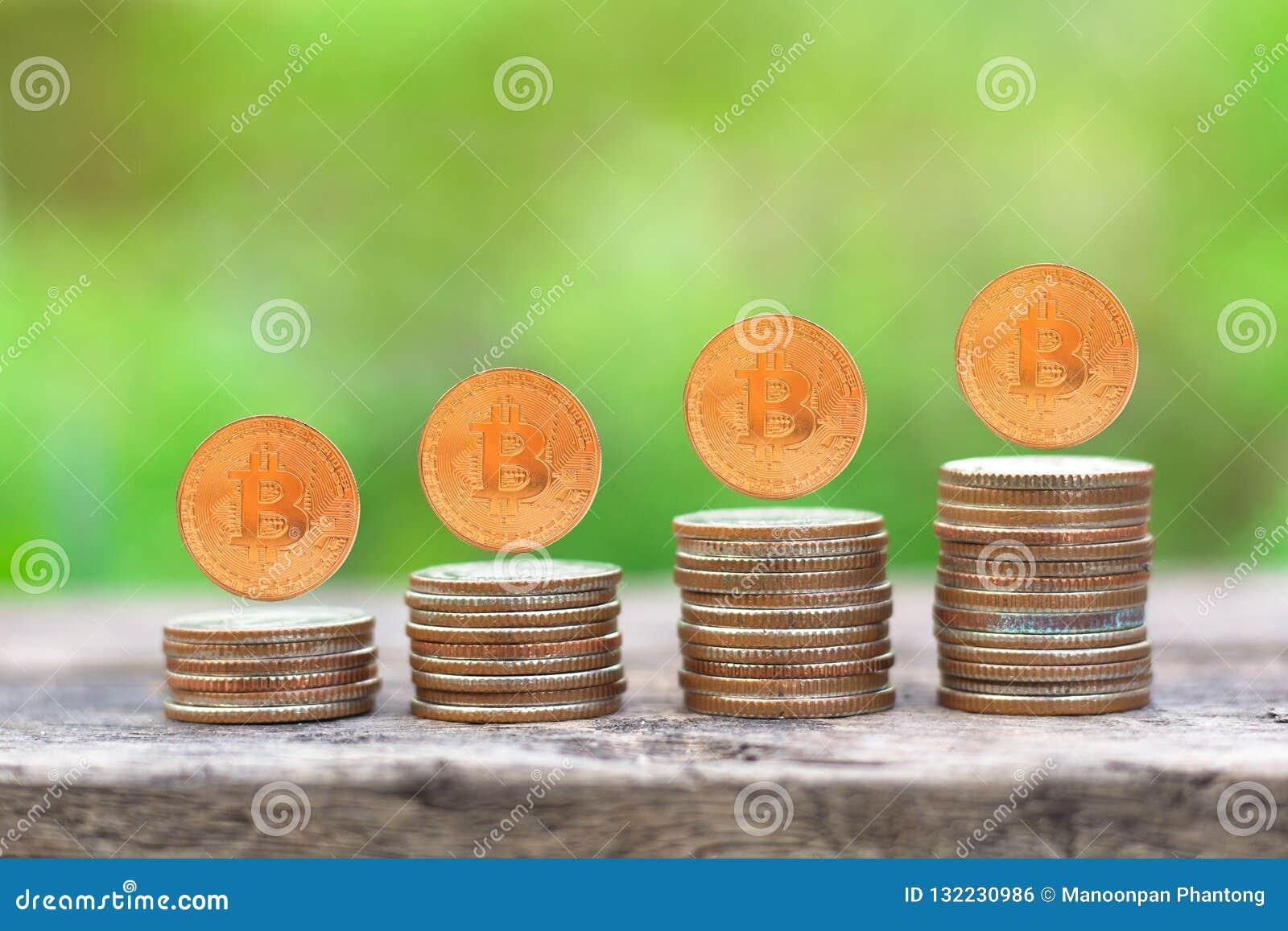 Grafico crescente della pila della moneta dei soldi sulla tavola di legno con la natura verde