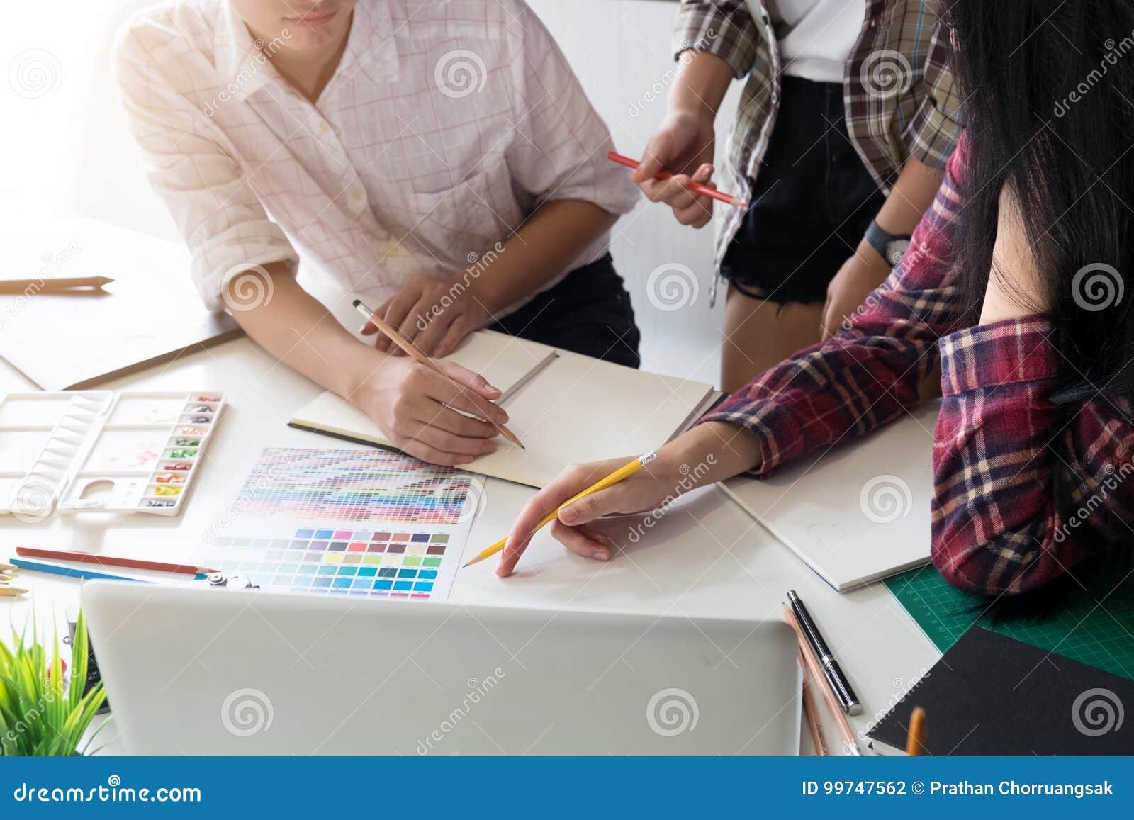 Grafische de creativiteitideeën van het ontwerpteam in moderne bureauwerkplaats