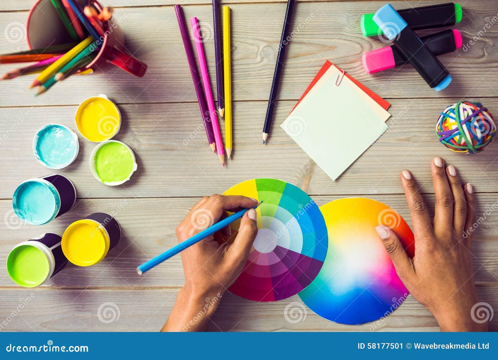 Grafische ontwerper die op kleurengrafiek trekken