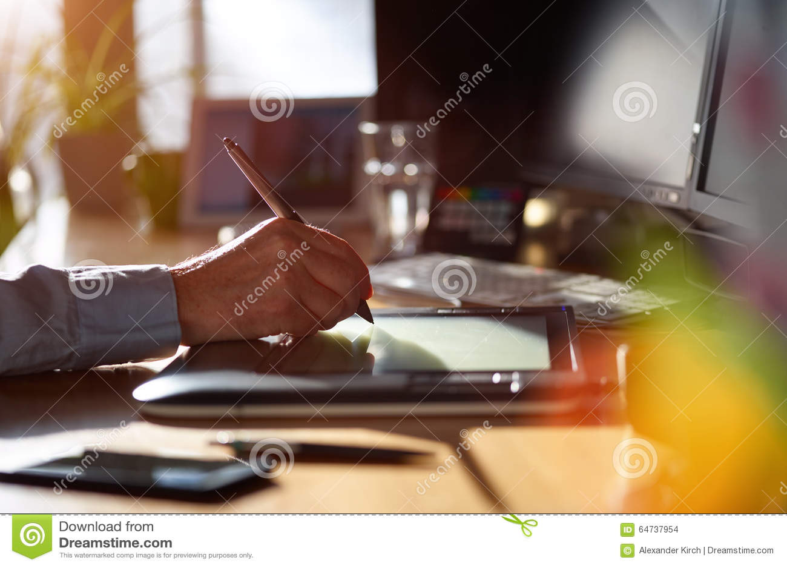 Grafisk formgivare som arbetar med den digitala teckningsminnestavlan och pennan
