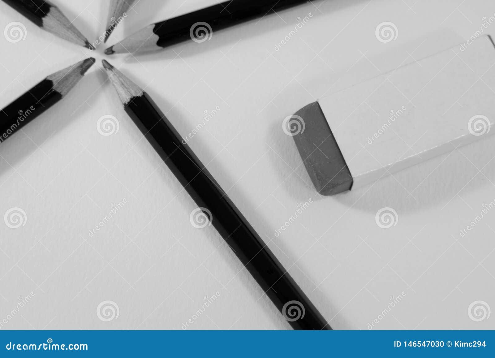 Grafito que bosqueja los lápices en un círculo y un borrador