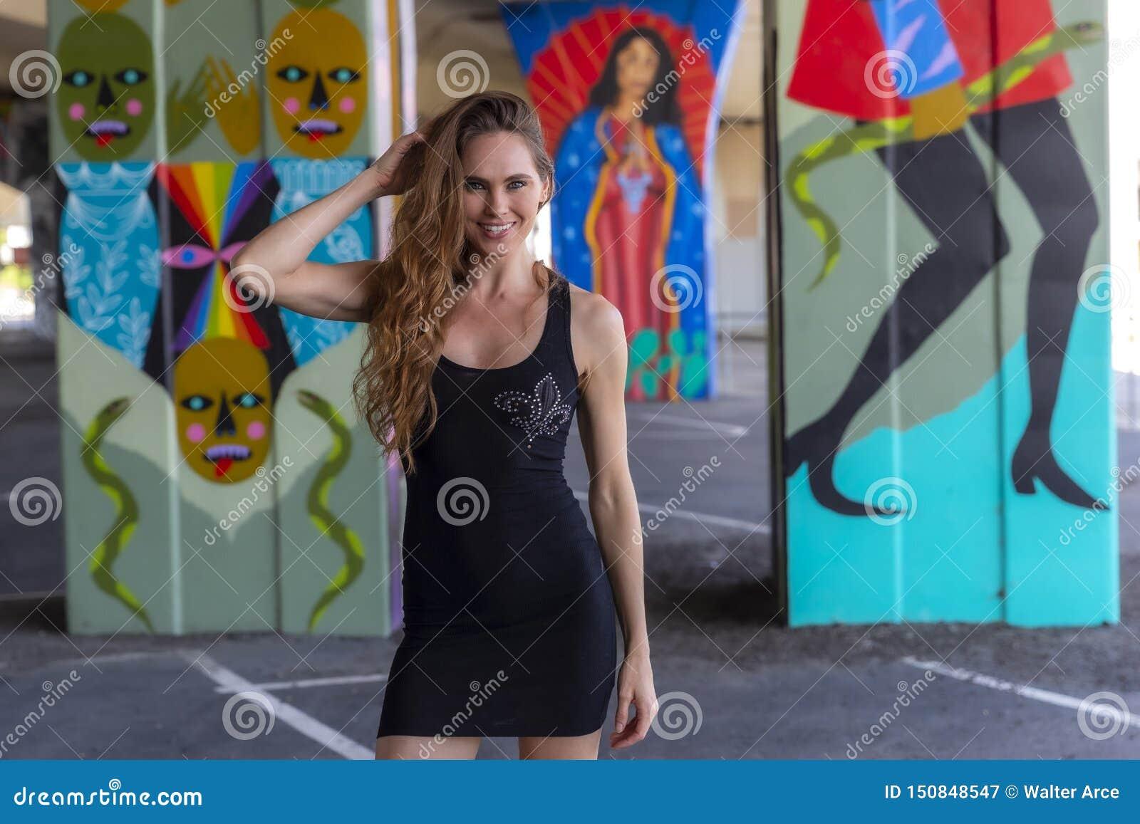 Grafittis morenos bonitos de Posing Outdoors Against do modelo