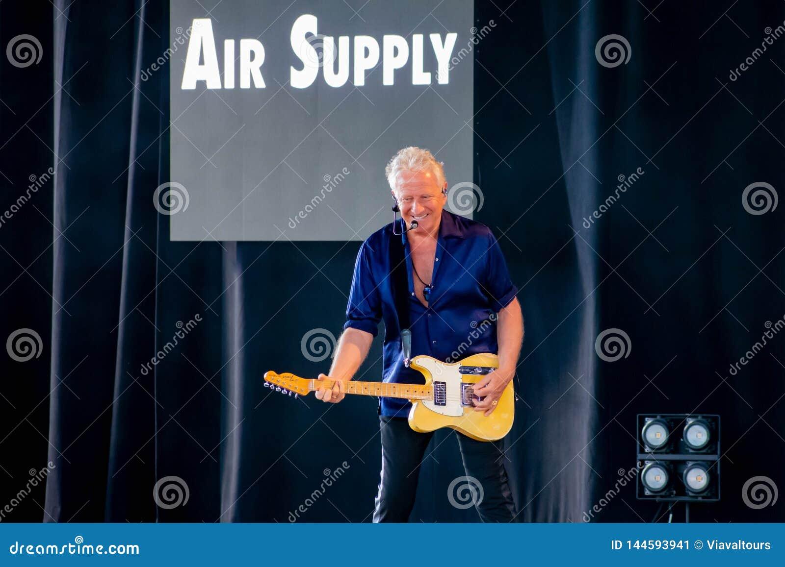 Graham Рассел от подачи воздуха, мелодии петь красивой на Epcot в мире 4 Уолт Дисней