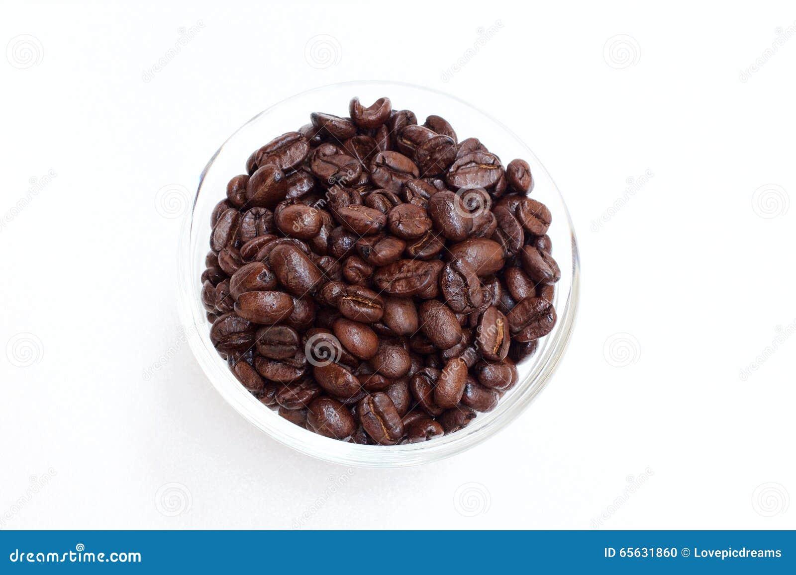 Grain de café dans la cuvette sur le fond blanc