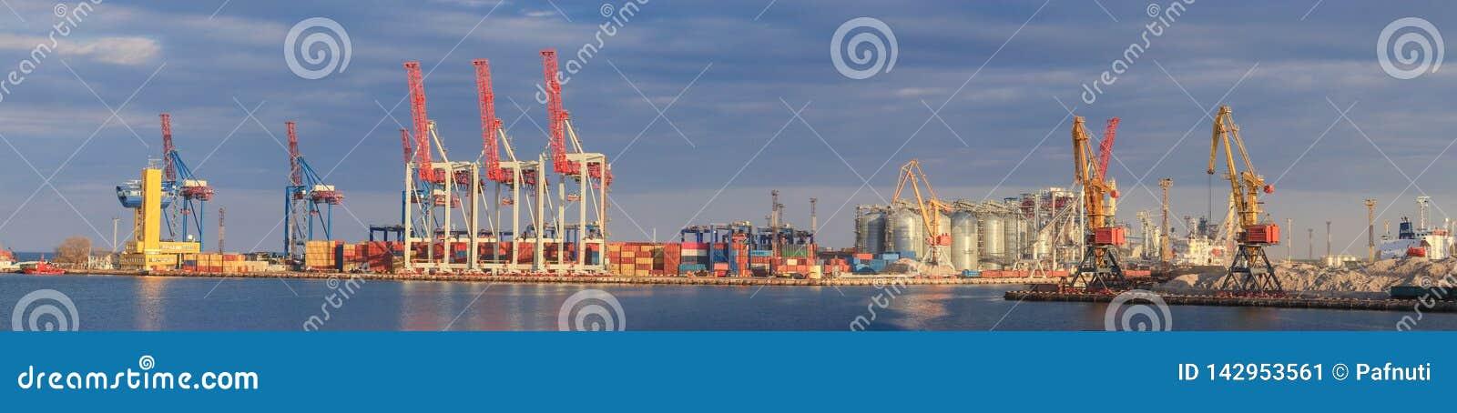 Grain de chargement au bateau dans le port Vue panoramique