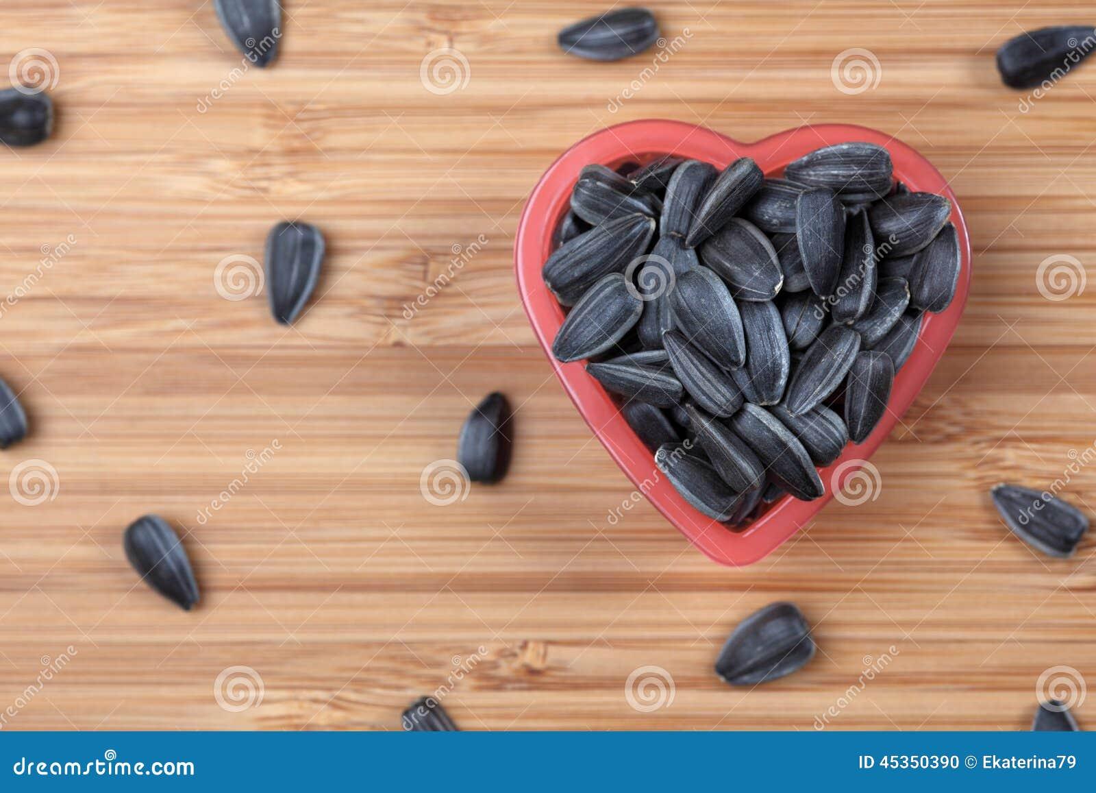 Graine de tournesol dans une cuvette de coeur