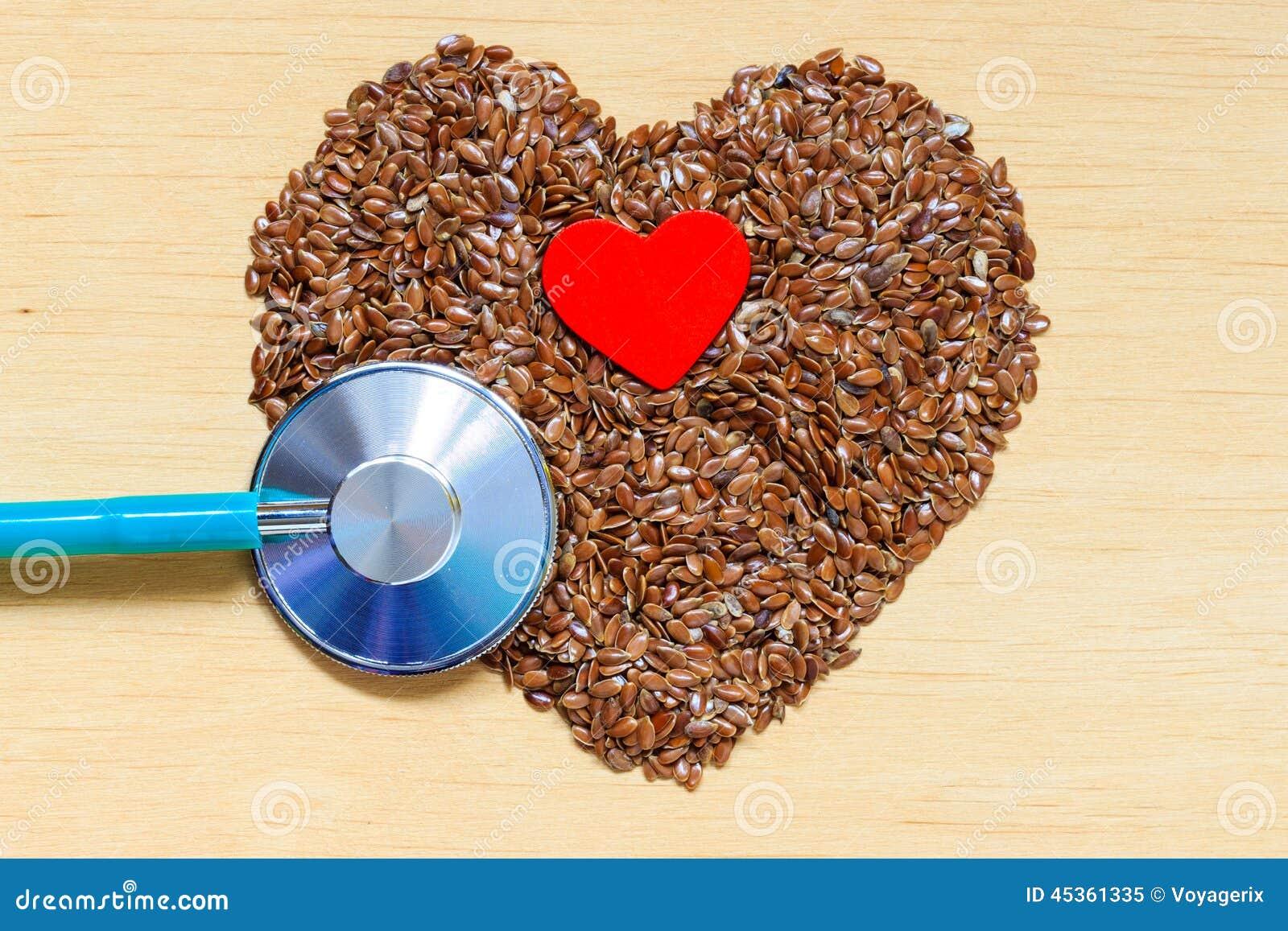 Graines de lin crues en forme de coeur et stéthoscope